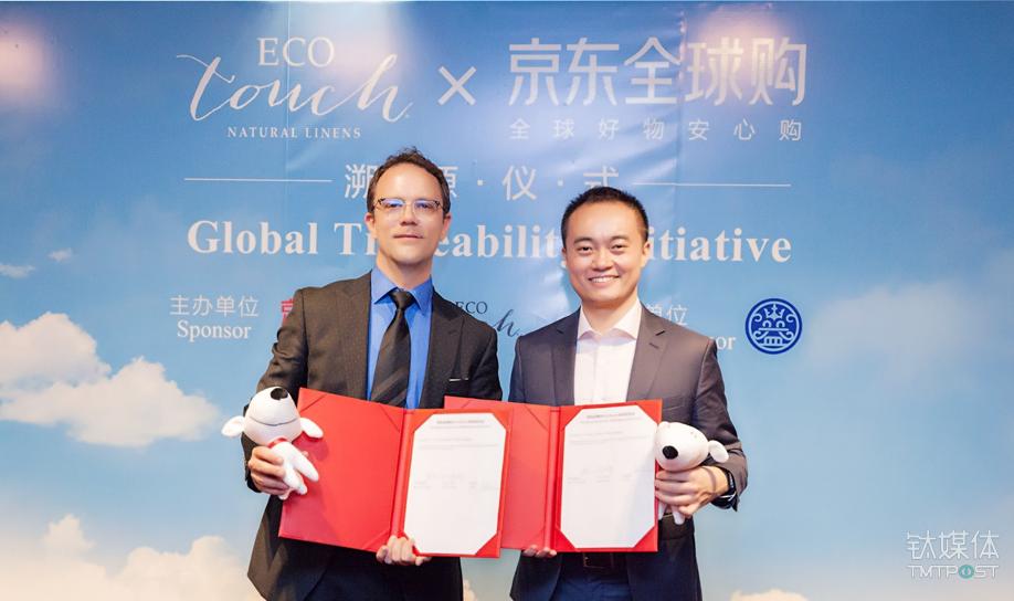 EcoTouch总经理Greg Witney(左)与 京东全球购副总经理黎开思(右)签署战略合作签署战略合作