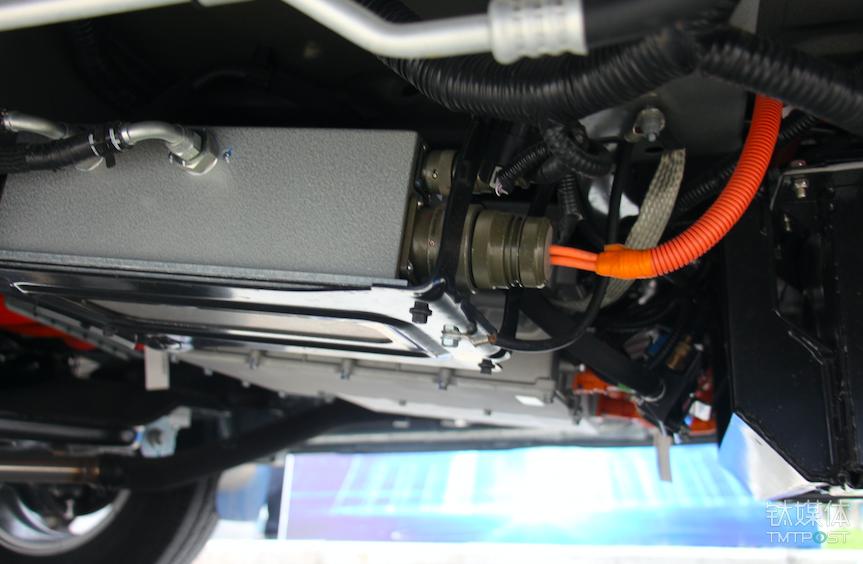 氢燃料电池队做了隐藏设计,肉眼看不到,图示为供应电堆的空气压缩机