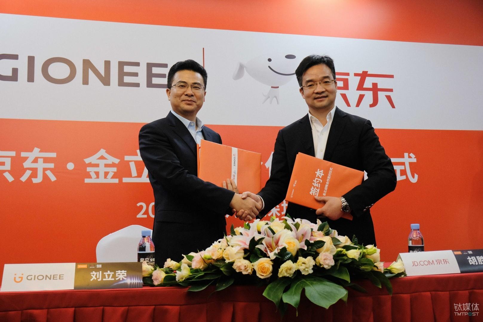 刘立荣(左)与胡胜利(右)签署合作协议