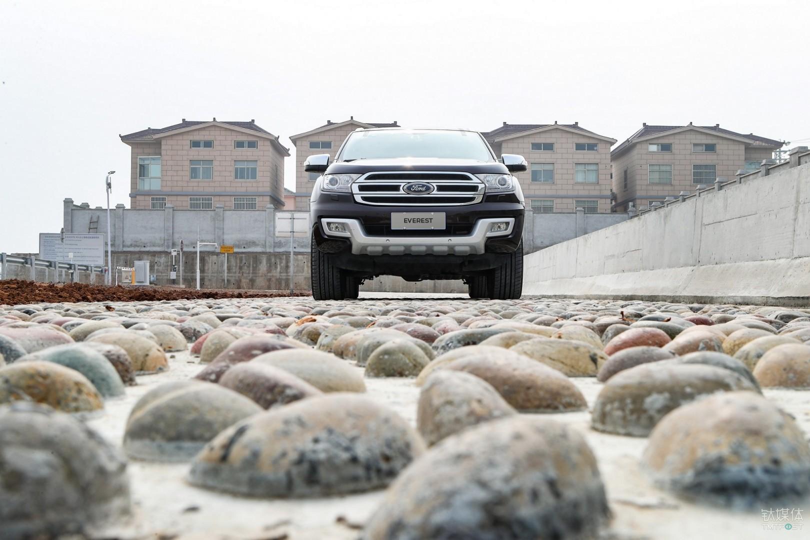鹅卵石路面用于测试车辆在颠簸路况下的稳定性和舒适性。福特全球所有测试中心所铺设的鹅卵石均产自同一地方,以确保同款车型的全球测试的高度一致性.
