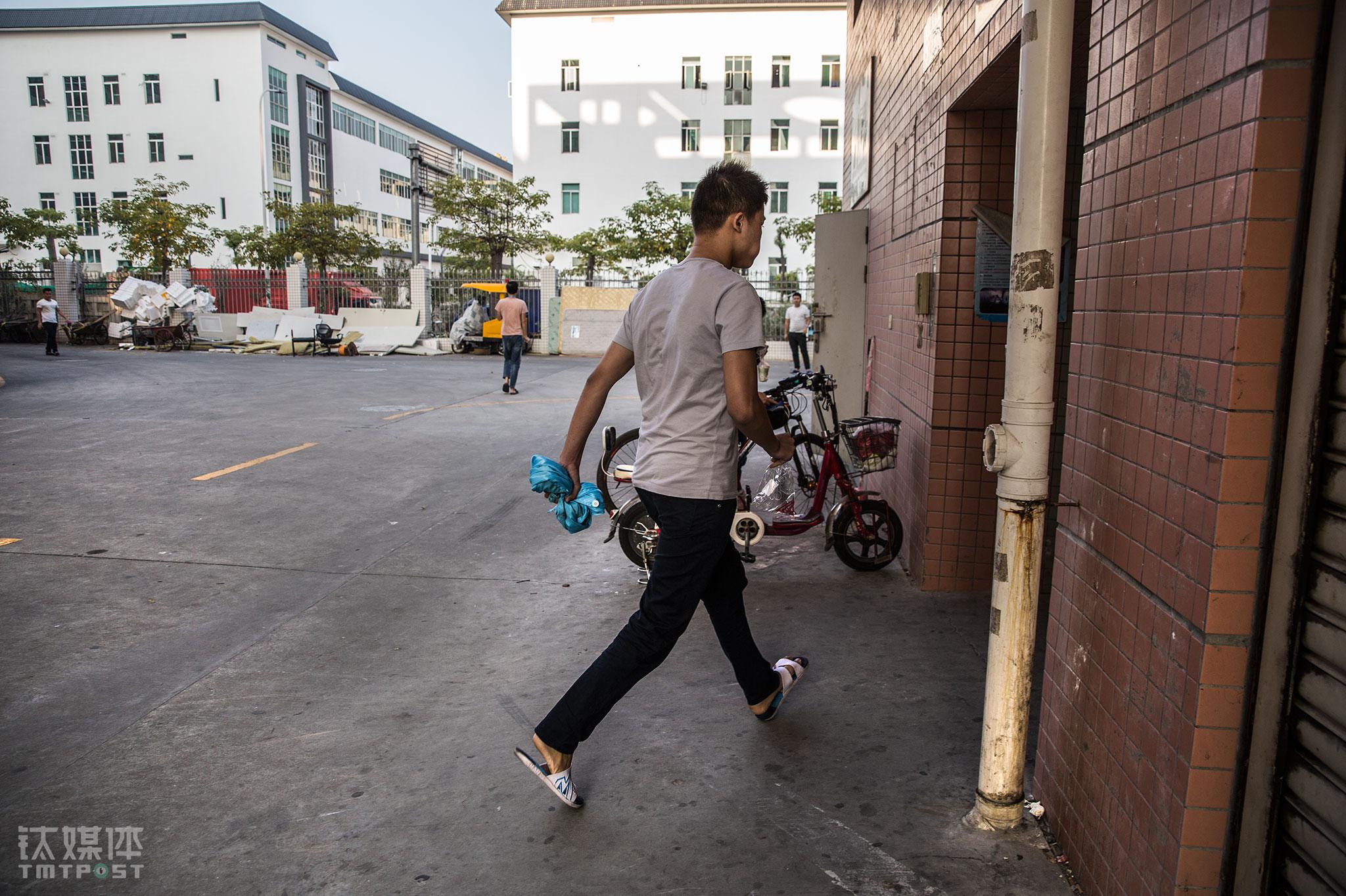10月23日早上07:35,工人张文根大步跑向车间,他的嘴里还包着没下咽的早餐。从宿舍到工厂车间3分钟路程, 张文根想赶在工友们在考勤机前排起长队前到达,他是自己那条线上的第一个工位,为了尽量不影响后面工友的操作,他每次都会比别人早一点就位。