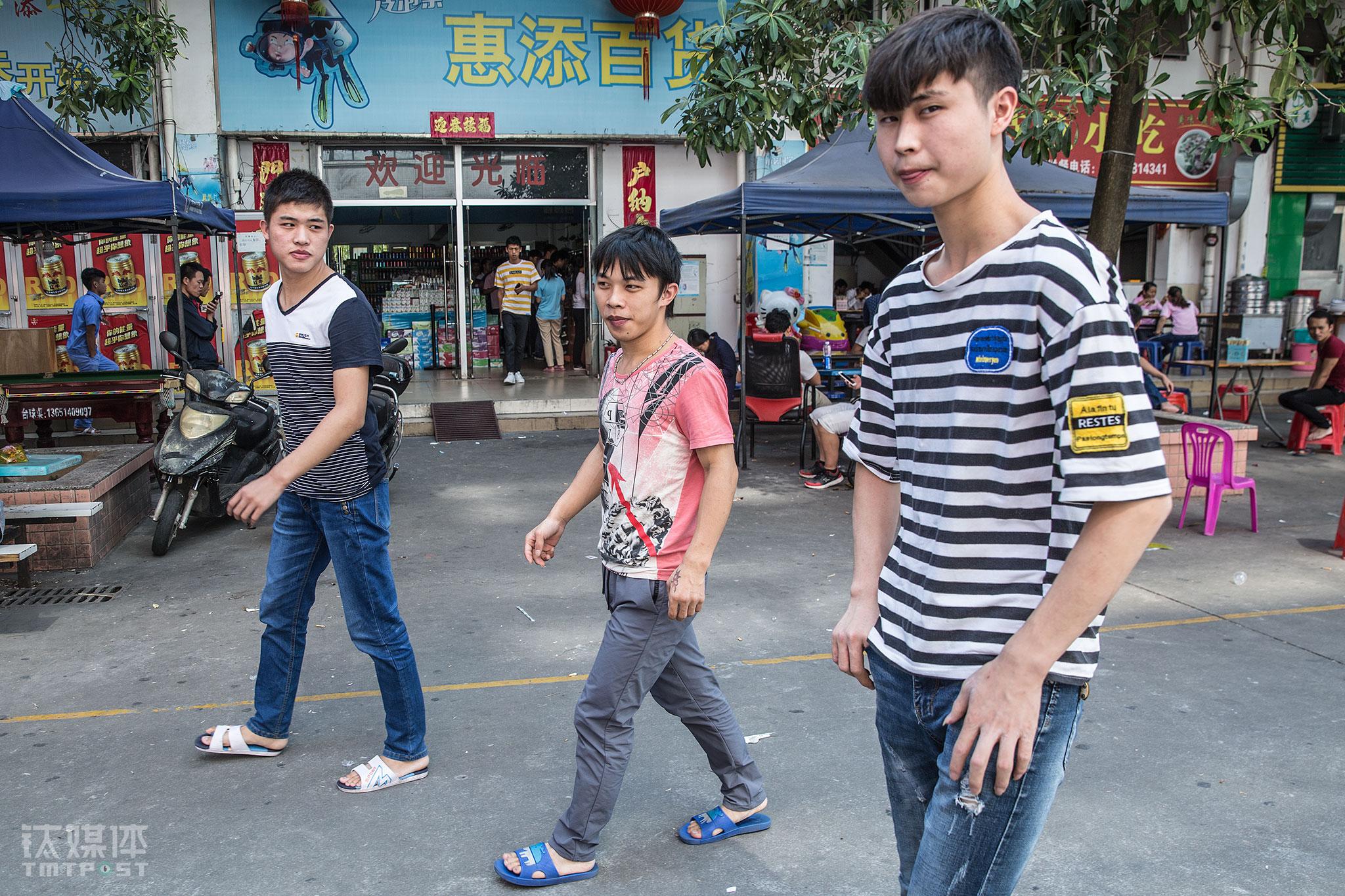 """张文根、陈泽鑫、钟鑫三人走在工业园区。不管是""""盖媳妇儿""""还是创业搞养殖,他们各有各的目标。工厂的订单排到了年末,接下来他们会""""一直很忙"""",这是他们留下来继续工作的最大动力。"""