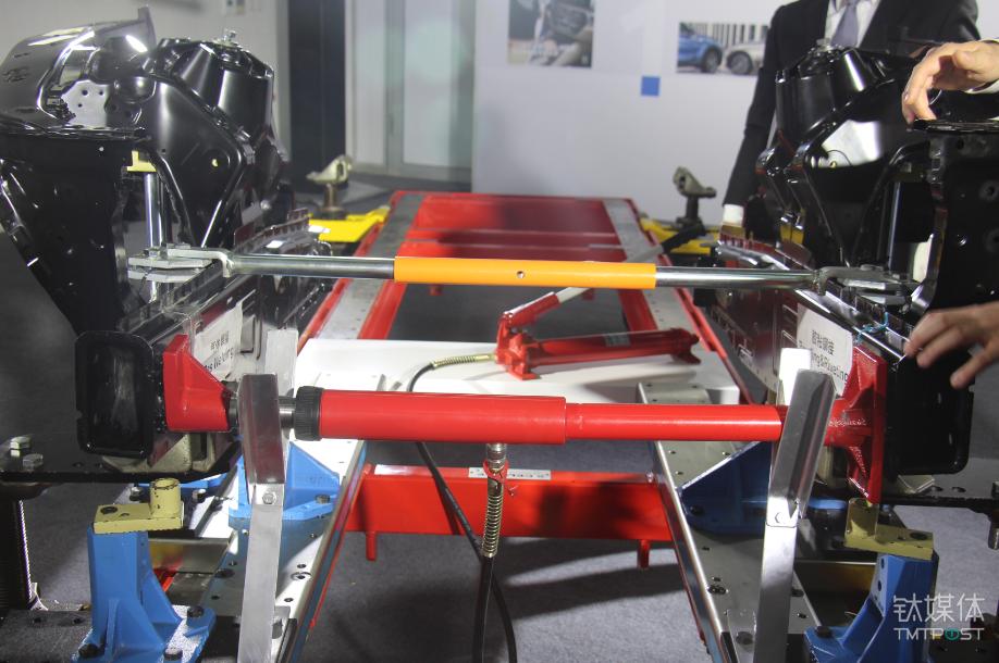 同样力度挤压左右两侧,左侧为气焊,右侧为胶粘铆接
