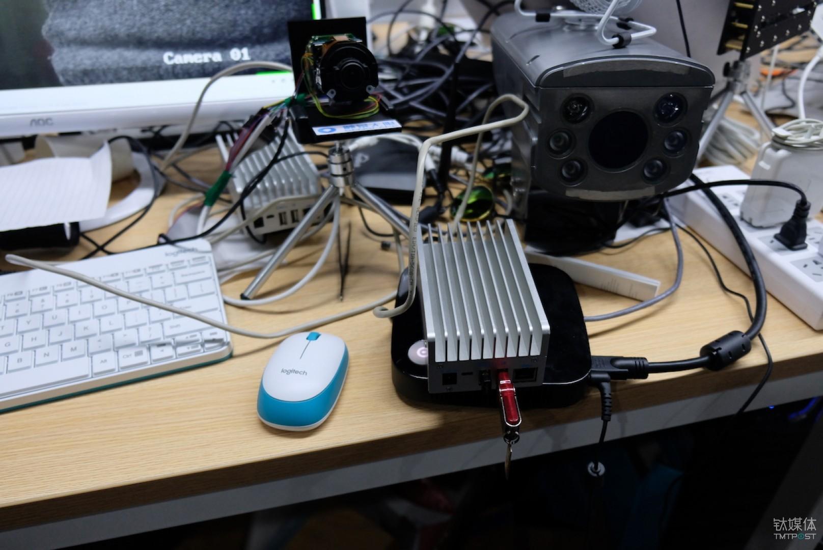 研发人员桌面-多接摄像头盾悟硬件与传统安防摄像头