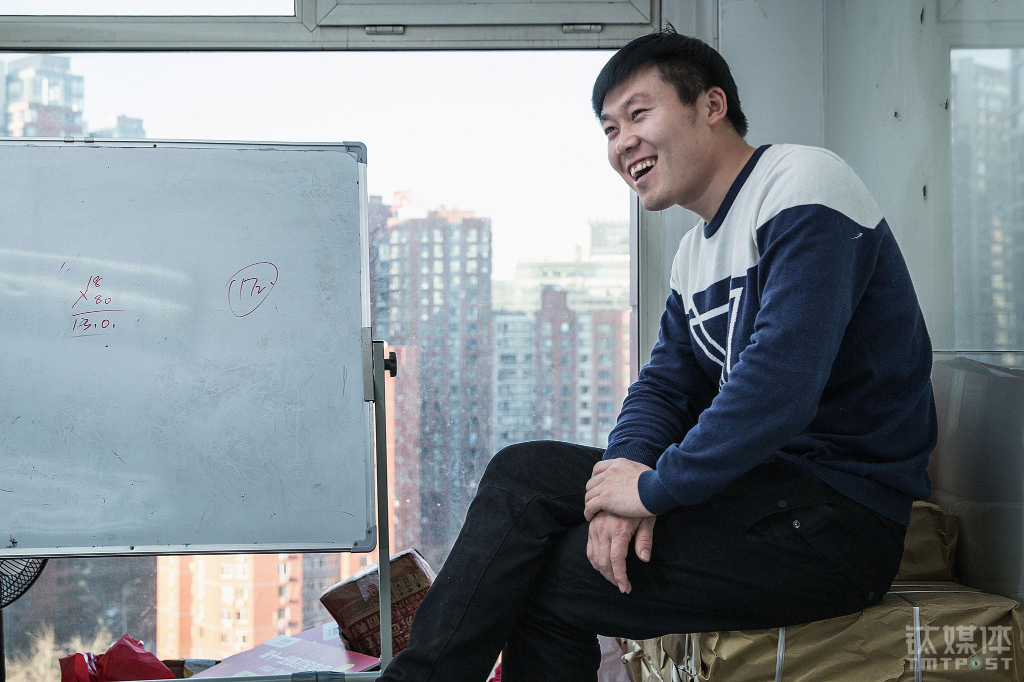 2016年,闫军祥告别了在街头风吹日晒的工作,加入了一家兼职服务平台担任运营。他交了女朋友,两人在衡水买了房。2016年12月21日,他在当时的办公室向钛媒体《在线》憧憬着2017年:2017年要和女朋友结婚,组建自己的家庭,做好自己的事业。