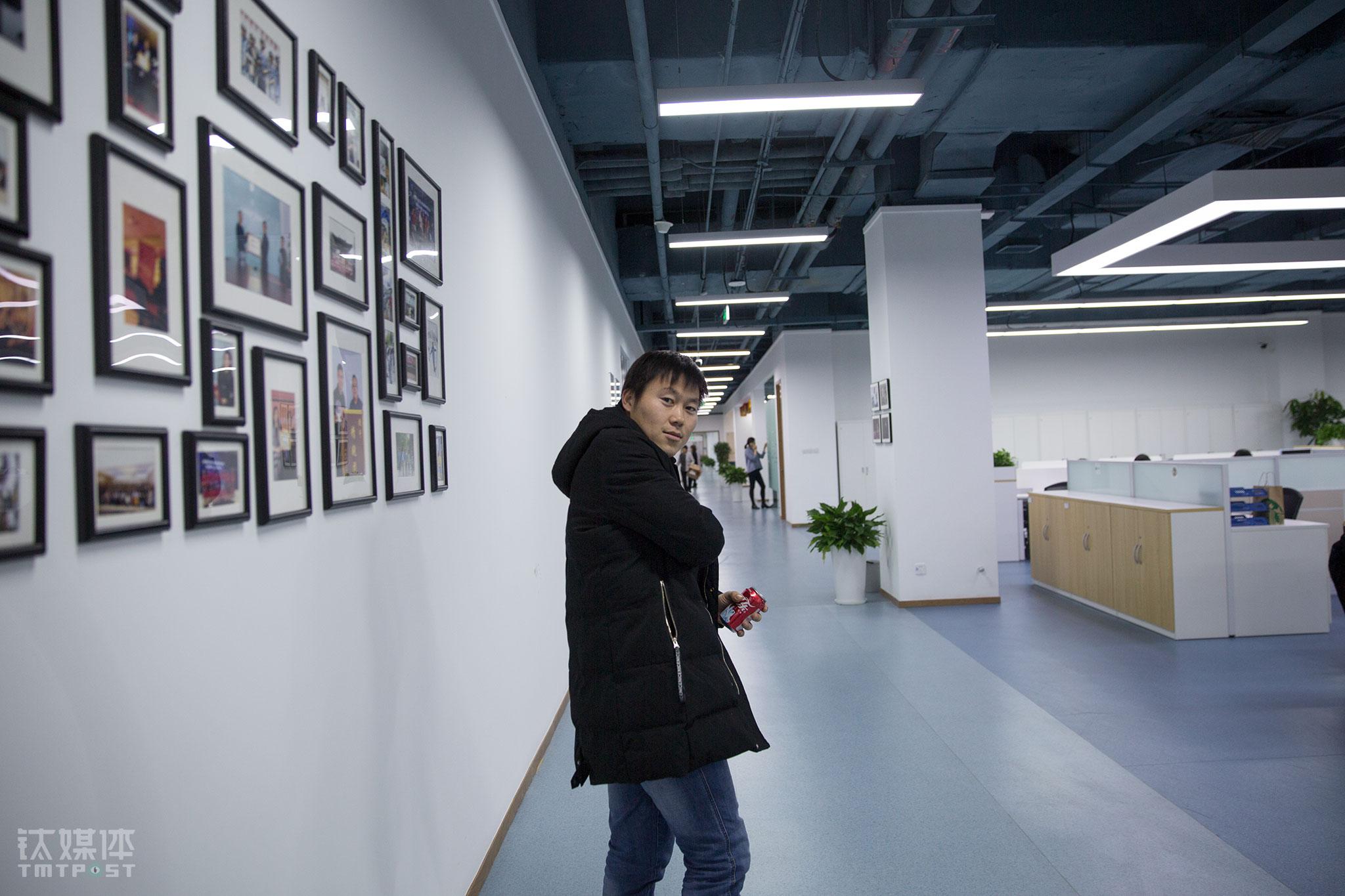2017年,闫军祥加入一家会展服务平台,公司将北京的市场交给他负责。这个平台专门为线下会展提供兼职人力资源服务。几年下来积累的口碑和资源,使闫军祥很胜任这份工作。公司在一个共享办公室内,工作环境比他前两年要好很多。