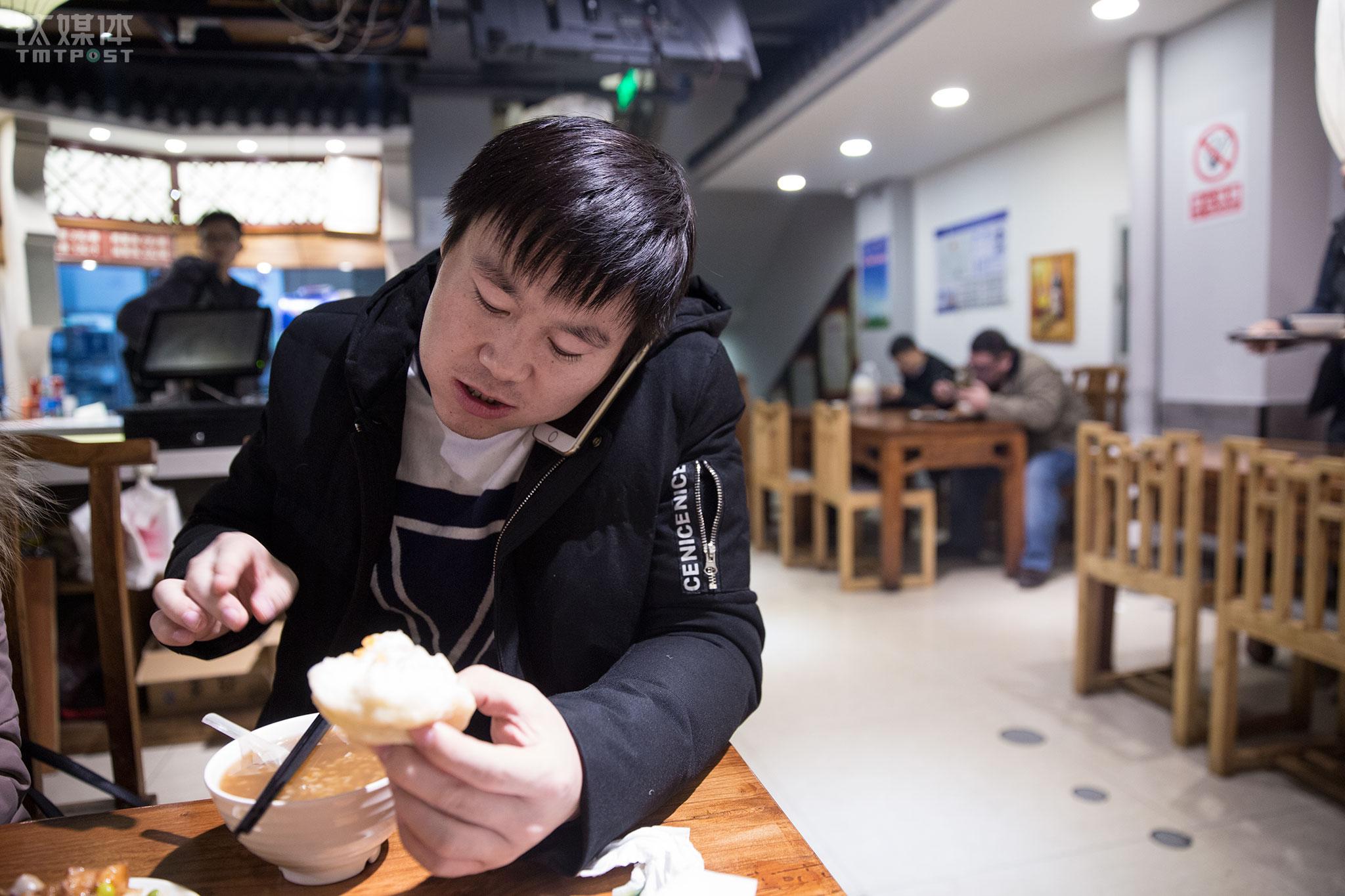 """2017年12月20日,晚饭刚开始,他就接到公司总部的电话,他在电话里谈了自己来年对北京市场的想法,这通电话打了20多分钟。""""2017年感觉时间越来越紧迫了,年龄大了,做事也考虑得更多。"""" 闫军祥说自己这一年过得很充实,""""我挺喜欢自己从事的行业,希望可以挖掘更多有价值的资源,希望公司做大""""。"""