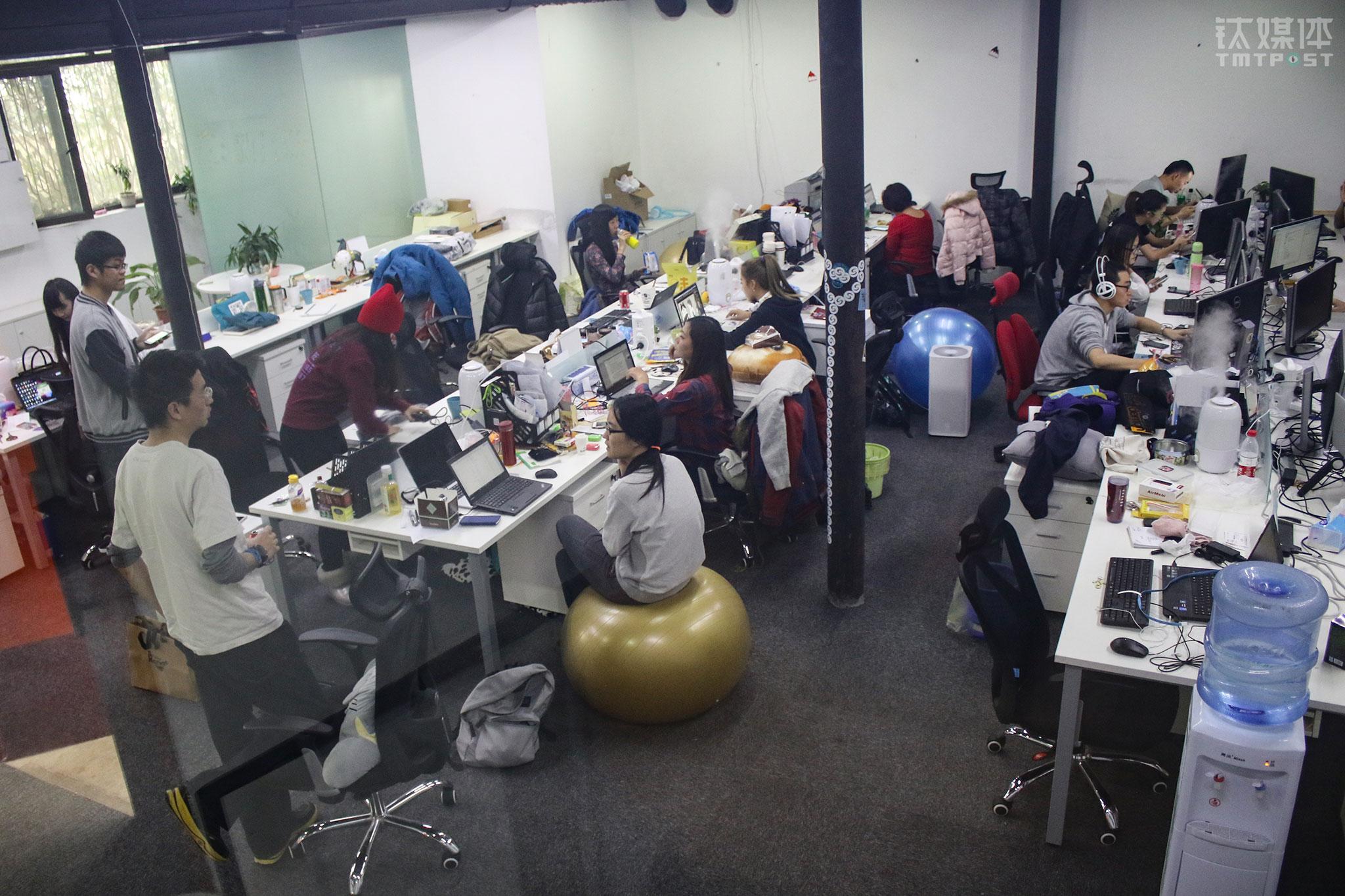 """2015年12月9日,""""滑雪助手""""办公室,创始人球叔王小源(最左)跟同事在交流。体育创业热方兴未艾,这间办公室最多的时候有20多个人。(滑雪冠军,37岁,在移动互联网上从零开始)"""