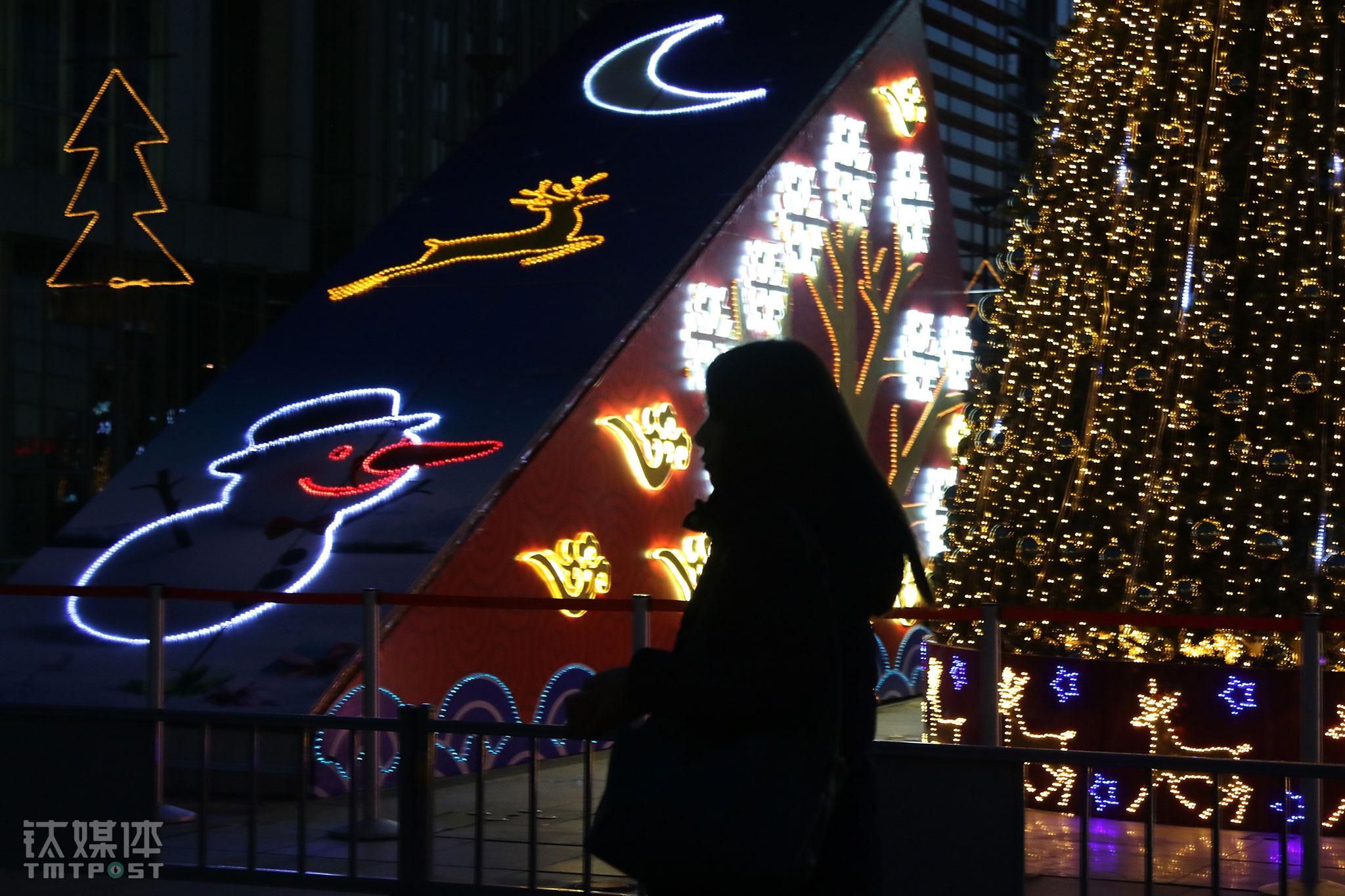 2015年圣诞节前夕,完成当天工作后,速记师任倩乐从一棵圣诞树旁经过。从2004年来到北京,她一直在做速记。每天穿梭在各个会场,在角落里安静第听着发言,打着字,对这个工作了十多年的城市,她说自己没有什么归属感。(一个速记师的故事)