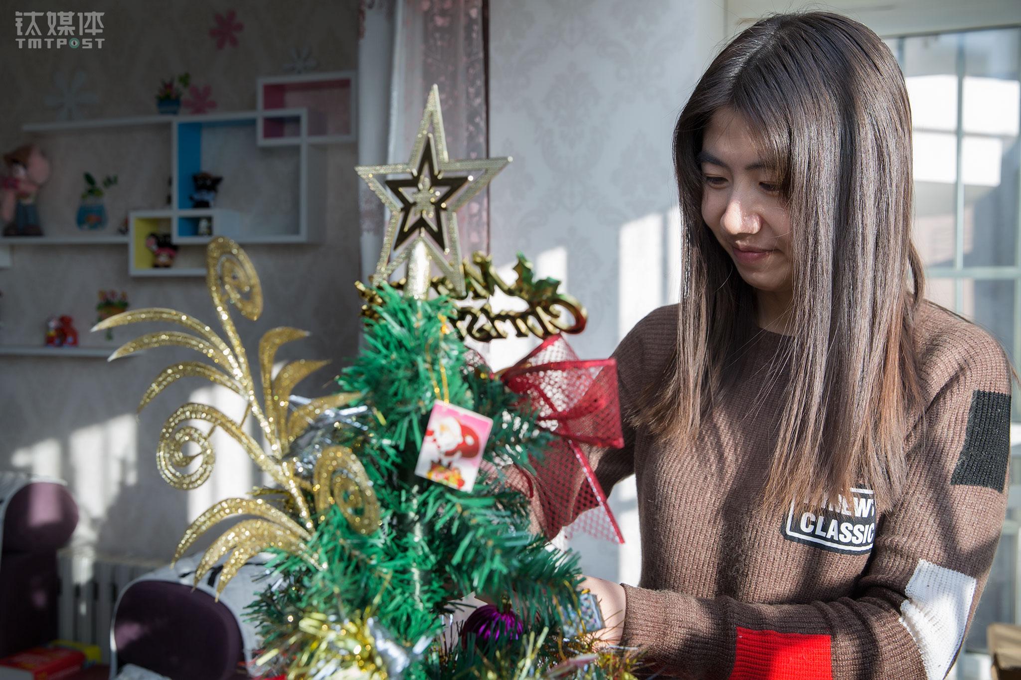 """2017年圣诞节,任倩乐在北京的家里装饰圣诞树。在北京买房安家是她对自己和家人最大的安慰,房子虽然隔市区有点距离,但给了她很大的温暖。""""我可以放肆地买东西来装饰自己家,满足自己,再也不用担心搬家啦!""""每年圣诞节,任倩乐都想给自己买一棵圣诞树,这个愿望在2017年实现了。"""