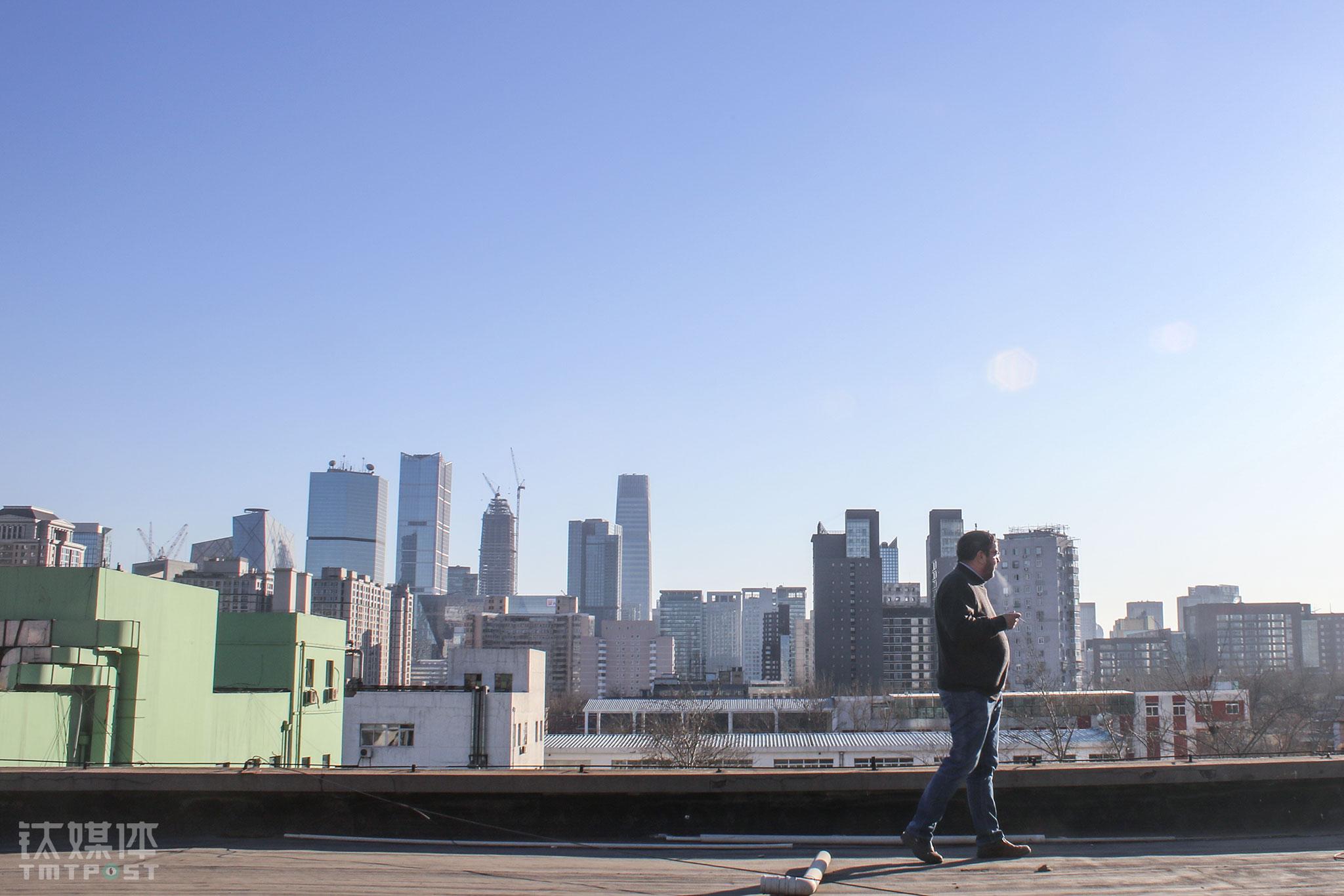2016年1月7日,优恪CFO托马斯•博文(Thomas Böwer)在办公室顶楼抽烟,不远处是北京CBD的高楼。中国消费者食品安全、消费安全的需求,为ÖKO-TEST这家德国老牌第三方检测平台进入中国市场创造了契机。托马斯曾是德国政府的一名议员,他所在集团委派他到来到北京,担任合资机构优恪的CFO。当时,初来乍到的他,每天都在融入北京、融入中国、融入年轻的中国伙伴中。(不远万里来加入中国创业大潮的德国CFO)
