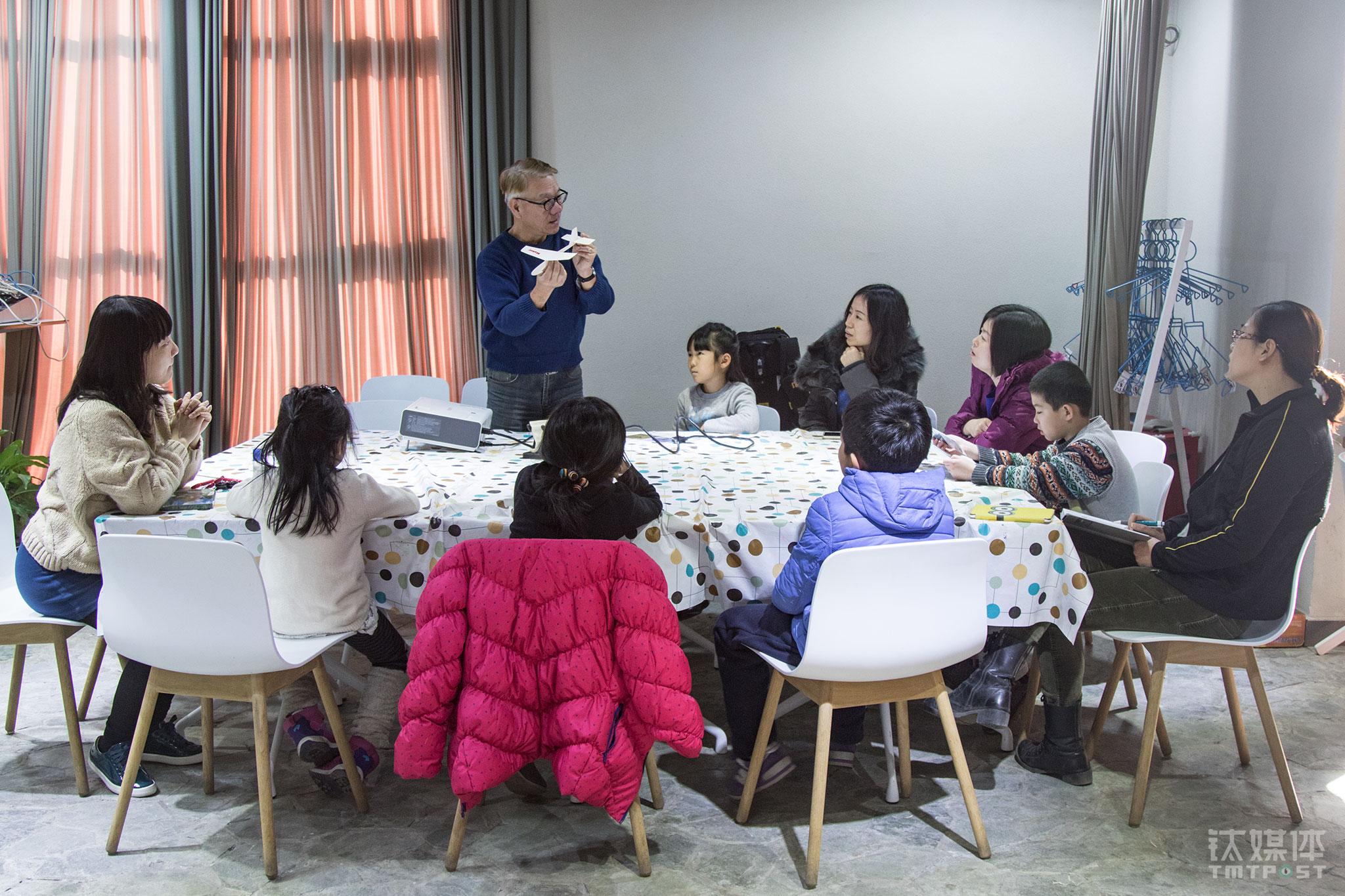 2016年1月19日,来自台湾的手工航模匠人郑富德在一家早教中心上亲子航模课。在台湾经历了手工模型行业的衰落,这位做了35年航模的老人来到北京寻找机会,几个月的时间,他跟一些早教机构合作,一边熟悉北京的孩子,一边了解北京的航模市场,为重开自己的Maker航模教室做准备。(62岁台湾航模创客的北漂创业生活)