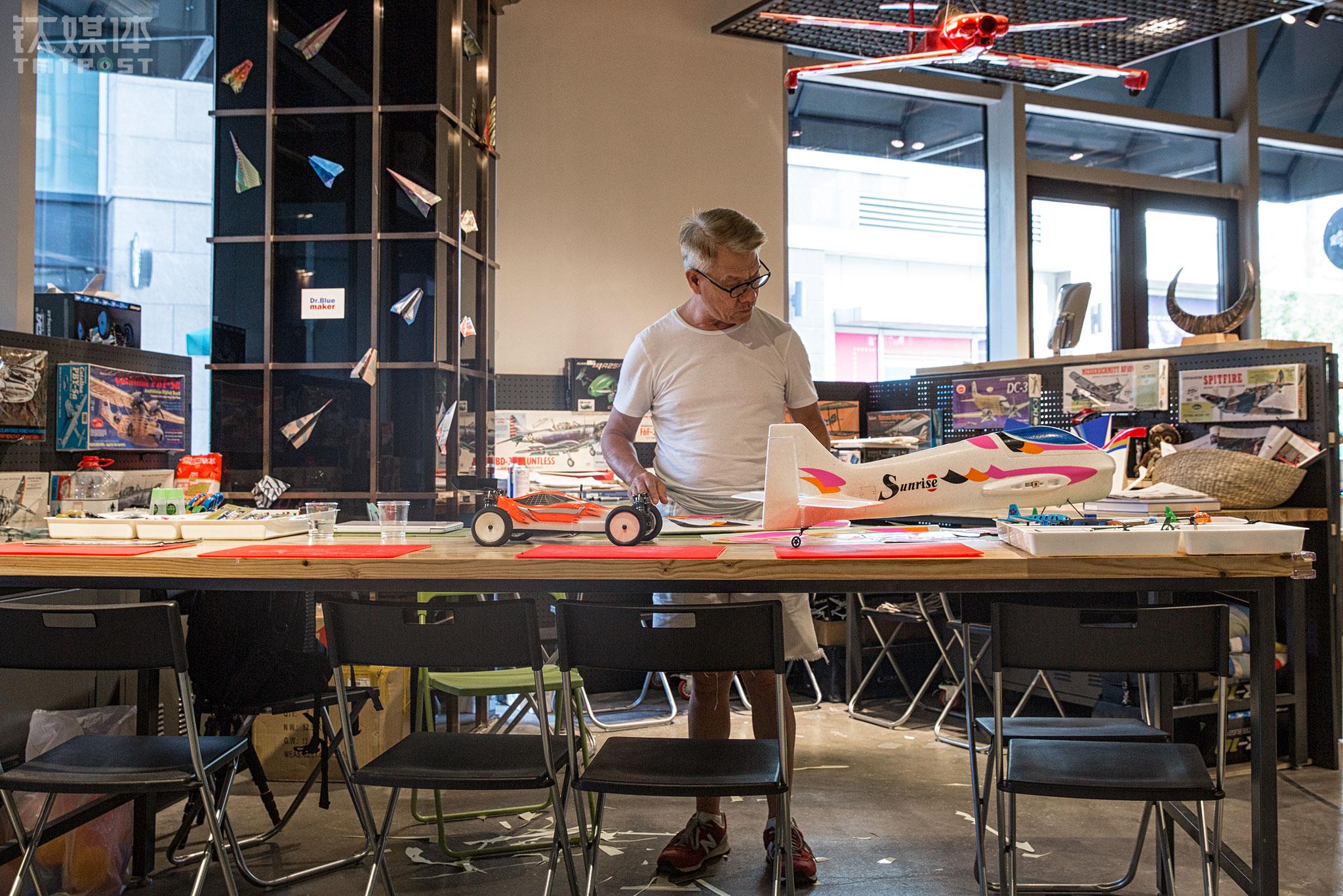 2016年夏天,郑富德在北京顺义祥云小镇开了自己在北京的第一家Maker航模教室。他的航模课非常受小朋友和家长的欢迎,Maker航模教室开始有了一定的知名度。2-10岁的小朋友都可以在课堂上学习制作手工航模,由郑富德和他女儿艾玲手把手教。