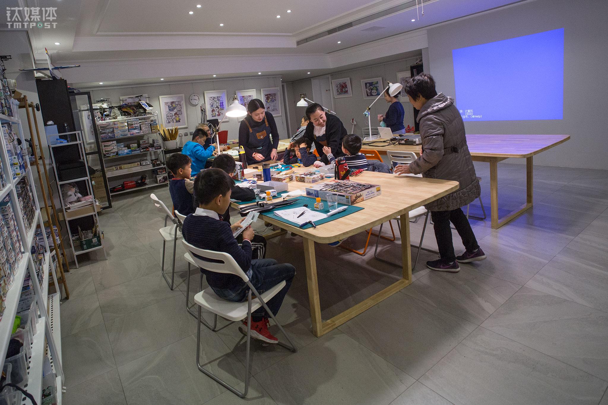 2017年底,有投资者发现了郑富德的Maker航模教室,他们开始为这个项目注资,准备再2018年开4家店面。12月23日,几个小朋友在Maker航模教室一处新址上课。郑富德已经着手做师资培训,培训出了6名航模老师在教室任职。