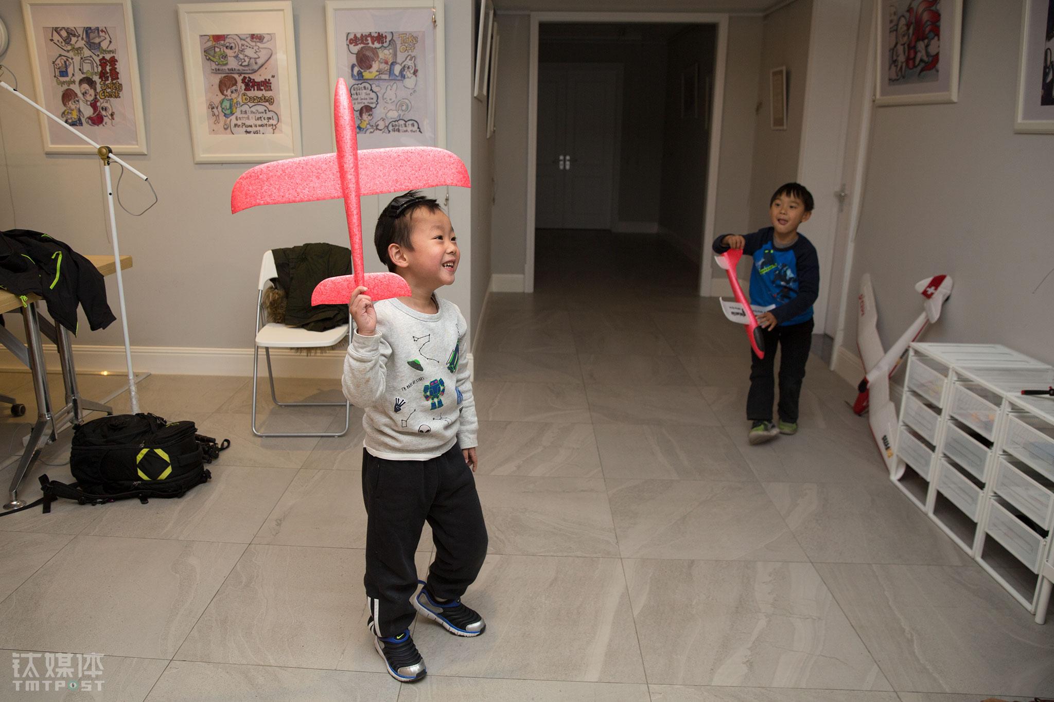 """课后,两名小朋友在航模教室玩起了模型。2年时间,有1000多名孩子在Maker航模教室上过课,这些孩子都叫郑富德""""蓝博士"""",因为""""关于蓝天的问题,都可以问他""""。"""