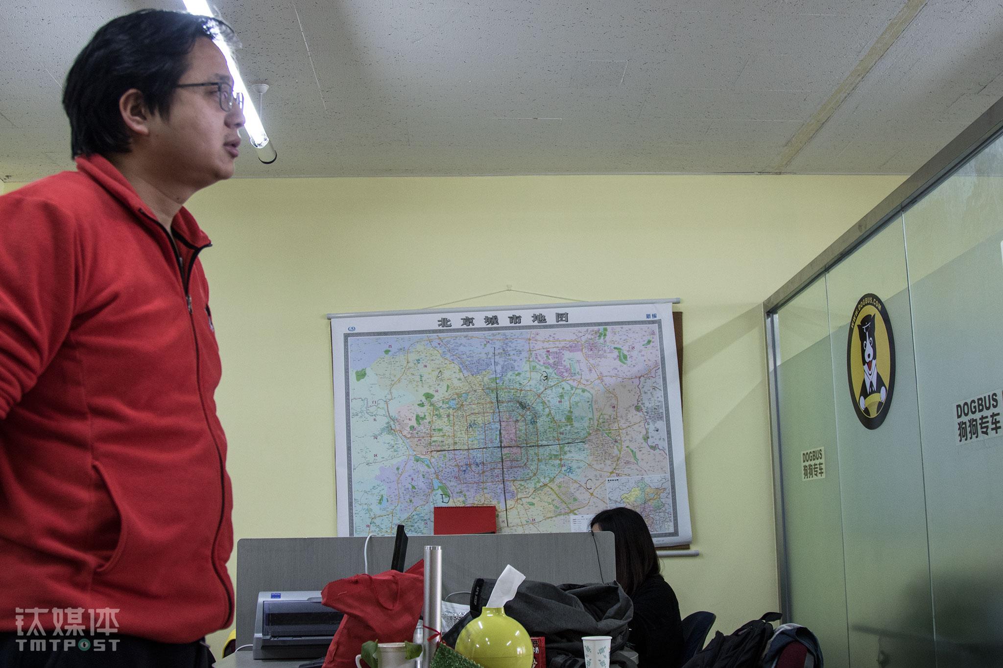 2016年2月,狗狗专车创始人吴雅辉在办公室。当时,这家创业公司有狗狗家教、狗狗托运、狗狗学校、狗狗寄养、狗狗专车等板块的业务。办公室的北京地图,被分出四块市场区域。在这间简陋的办公室,每个人都怀着要将北京地图换成中国地图,做全国市场的雄心壮志。(一份狗狗们的「体面」生活指南)