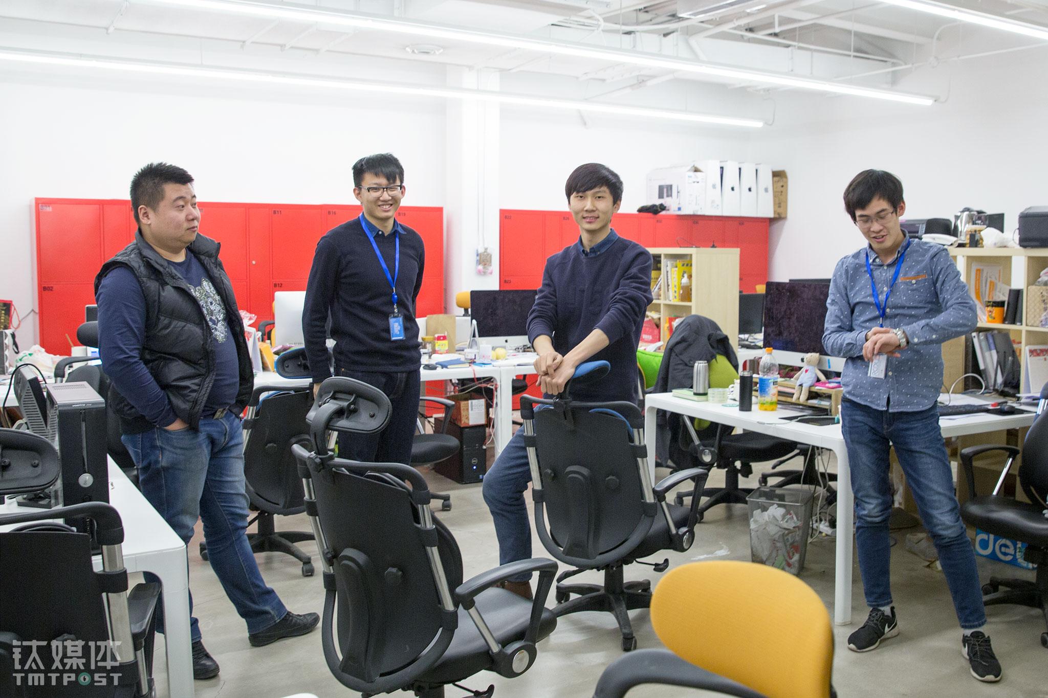 2016年3月2日晚,北京,创意设计服务平台创客贴4名创始成员在办公室。这个团队当时有14个人,都是90后,每个人都是公司股东。钛媒体《在线》创业路上夜归人一期中,创始人王宝臣说,只有拼,只有做得比别人多,才有机会活下去。