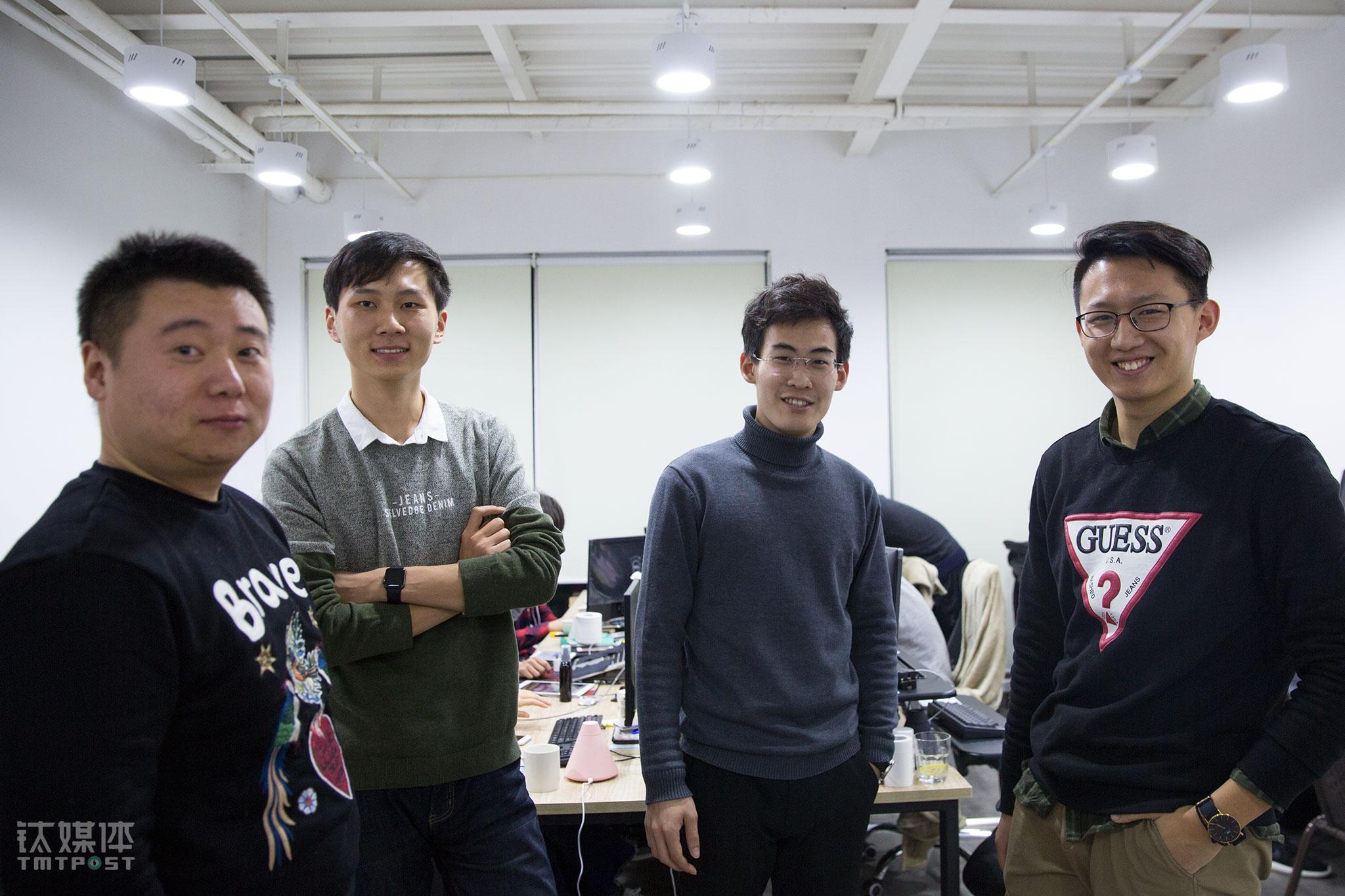 """2017年12月26日,北京,创客贴4名创始成员在办公室。2年时间,这个团队从14人扩充到30人,大家的信任度和默契度也提高了。创客贴一个2C的服务平台,变成了一个中小微企业创意设计服务平台,打通了设计师、版权方等,还接入了下游的印刷。""""我们发现企业对设计越来越注重,不论是社交媒体,还是小程序、内容电商的兴起,都刺激了企业对设计的需求,而对小企业来说,雇佣专业设计师成本太高,我们的平台可以满足他们一键视觉化的需求,我们可以赋能于这些企业的设计运营人员。"""""""