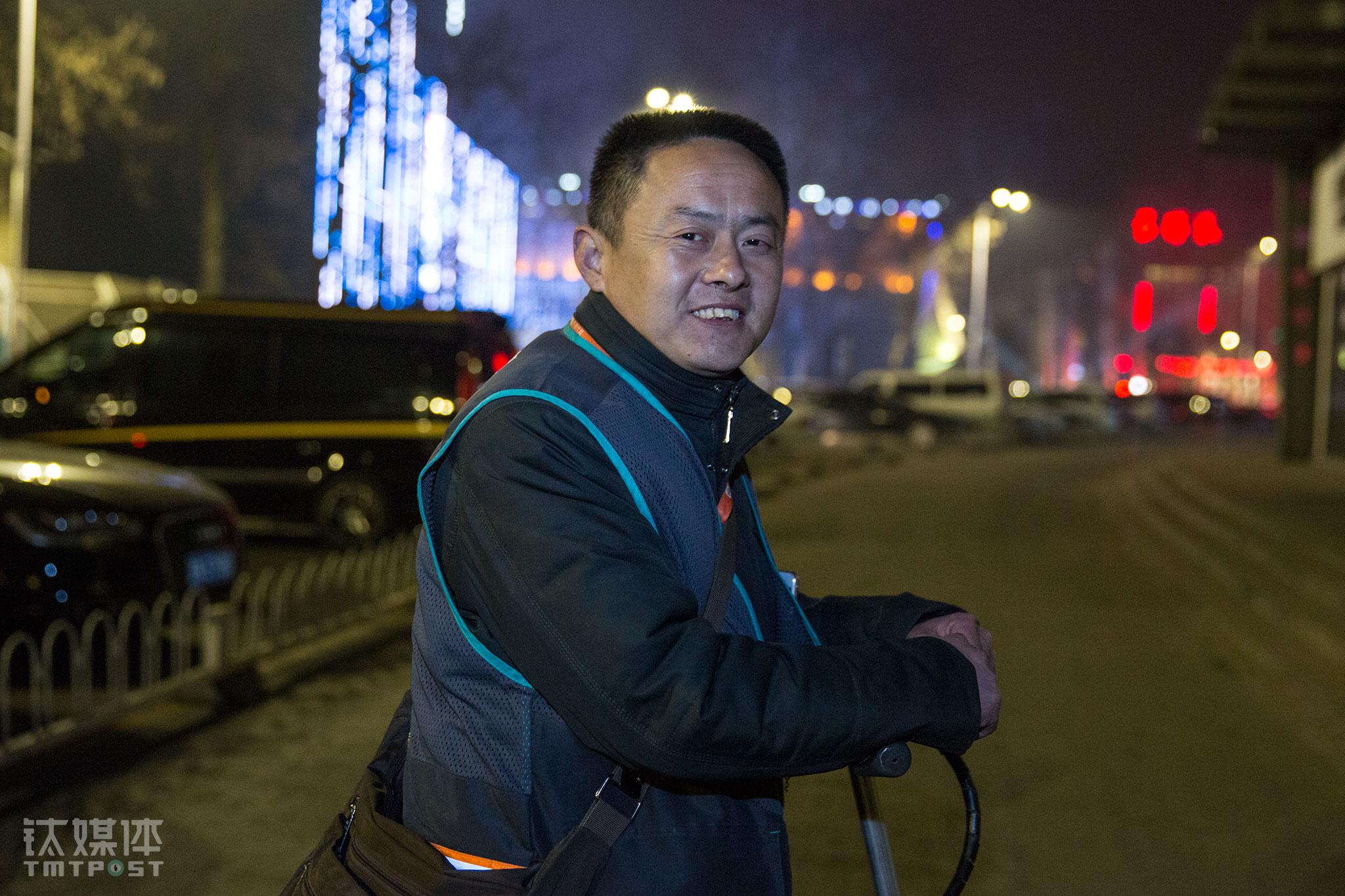 2016年3月16日,代驾员张师傅在北京工体外等待接单。他每天从晚上7点工作到第二天凌晨5点,有时候为了等一单,要在街边站两个小时。在《代驾一族的「午夜人生」》中,张师傅聊起自己曾被一名客人欠了300块钱,催了很久没催回。