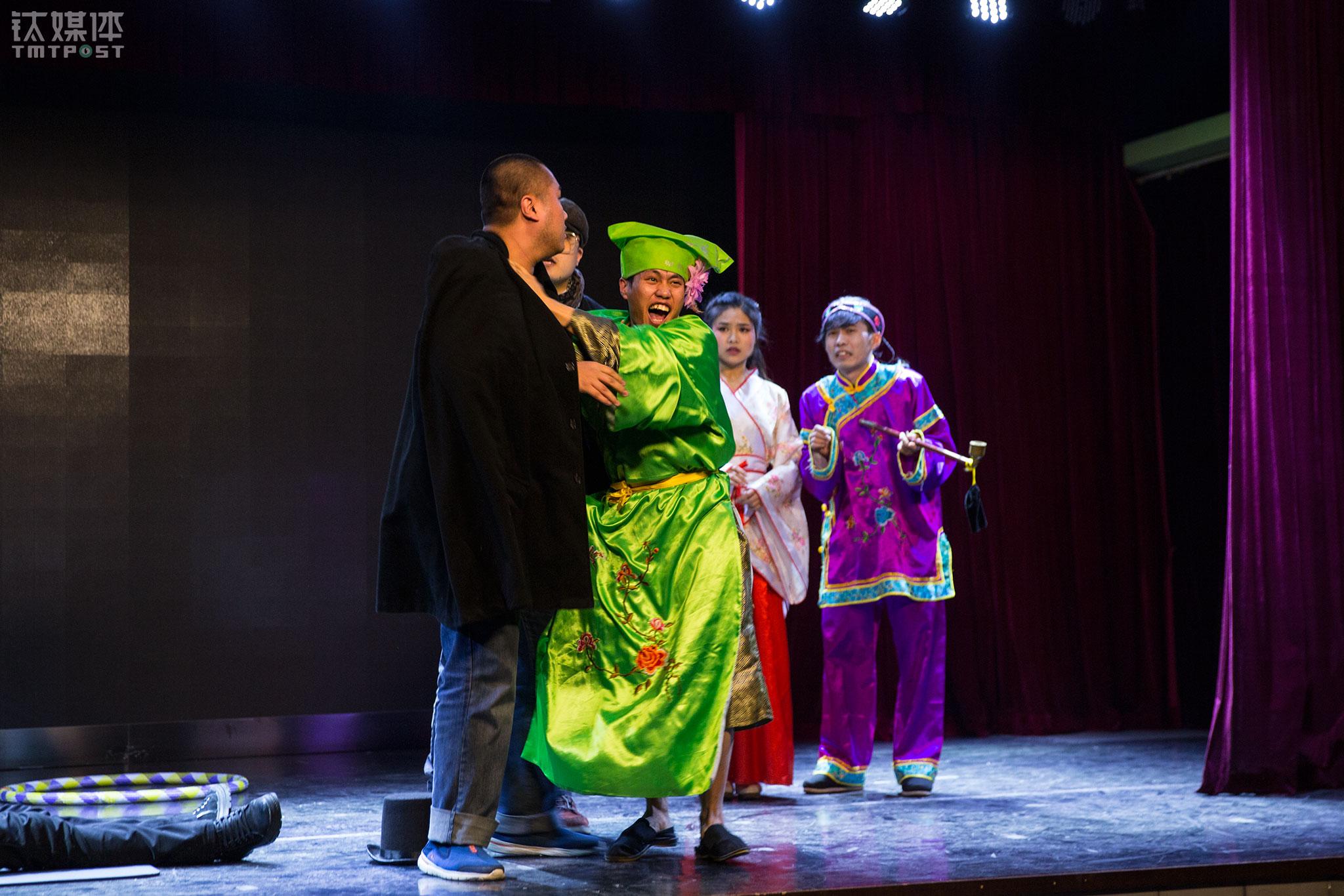 """2017年12月26日,北京辰星剧社,李陆柒在演出中。他曾经到处寻找演戏机会,现在拥有了一个属于自己的角色,一方舞台。在这个舞台上,他每星期要4次演出同一个喜剧。加入剧社近1年,他学到了很多,更加坚定了自己要走的路。""""在这里沉下心来打好基础,接受更专业的磨练,将来的路肯定能走下去。""""每次收获观众的掌声,是李陆柒最开心的时刻,""""付出了很多努力,都值得。"""""""