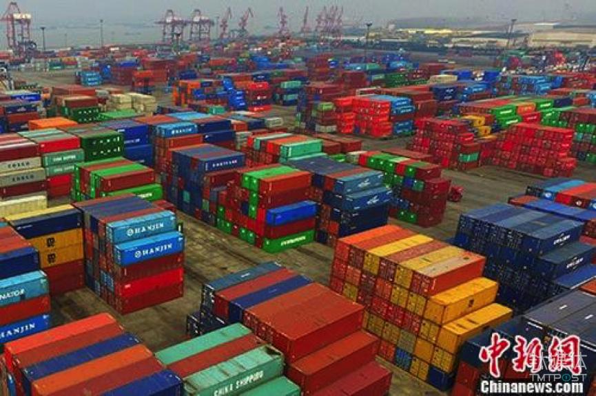 南京龙潭港摆放着的进出口集装箱。中新社记者 泱波 摄