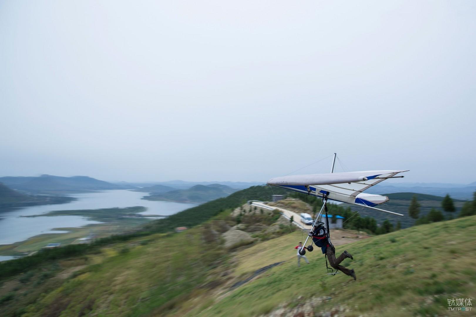 鸟人。山东费县,无动力三角翼飞行员从山顶助跑起飞。
