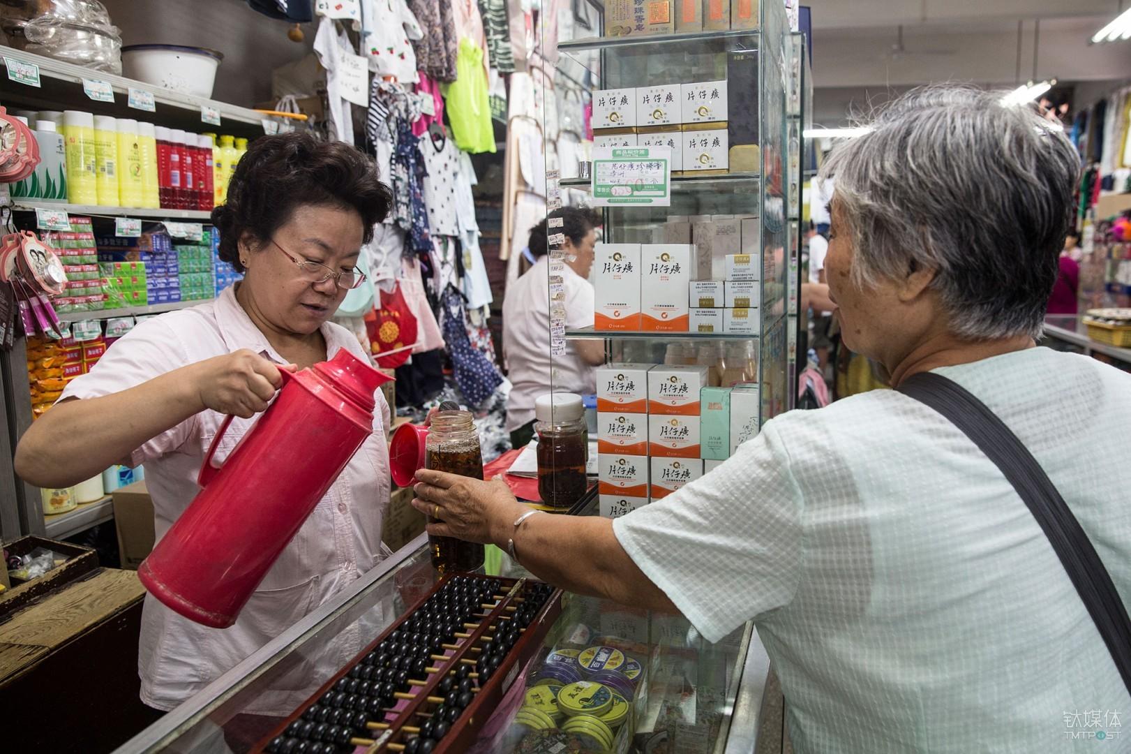 最后的百货商店。北京崇文门大方老百货,从业20年的老售货员在给顾客倒水。