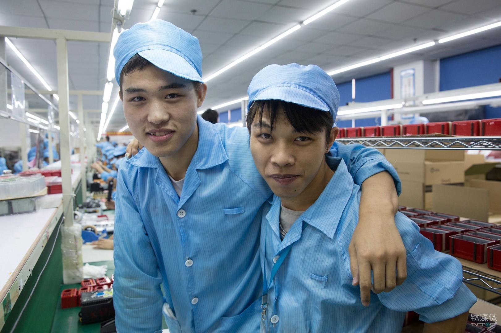 张全蛋们。深圳OEM电子工厂流水线上的95后。