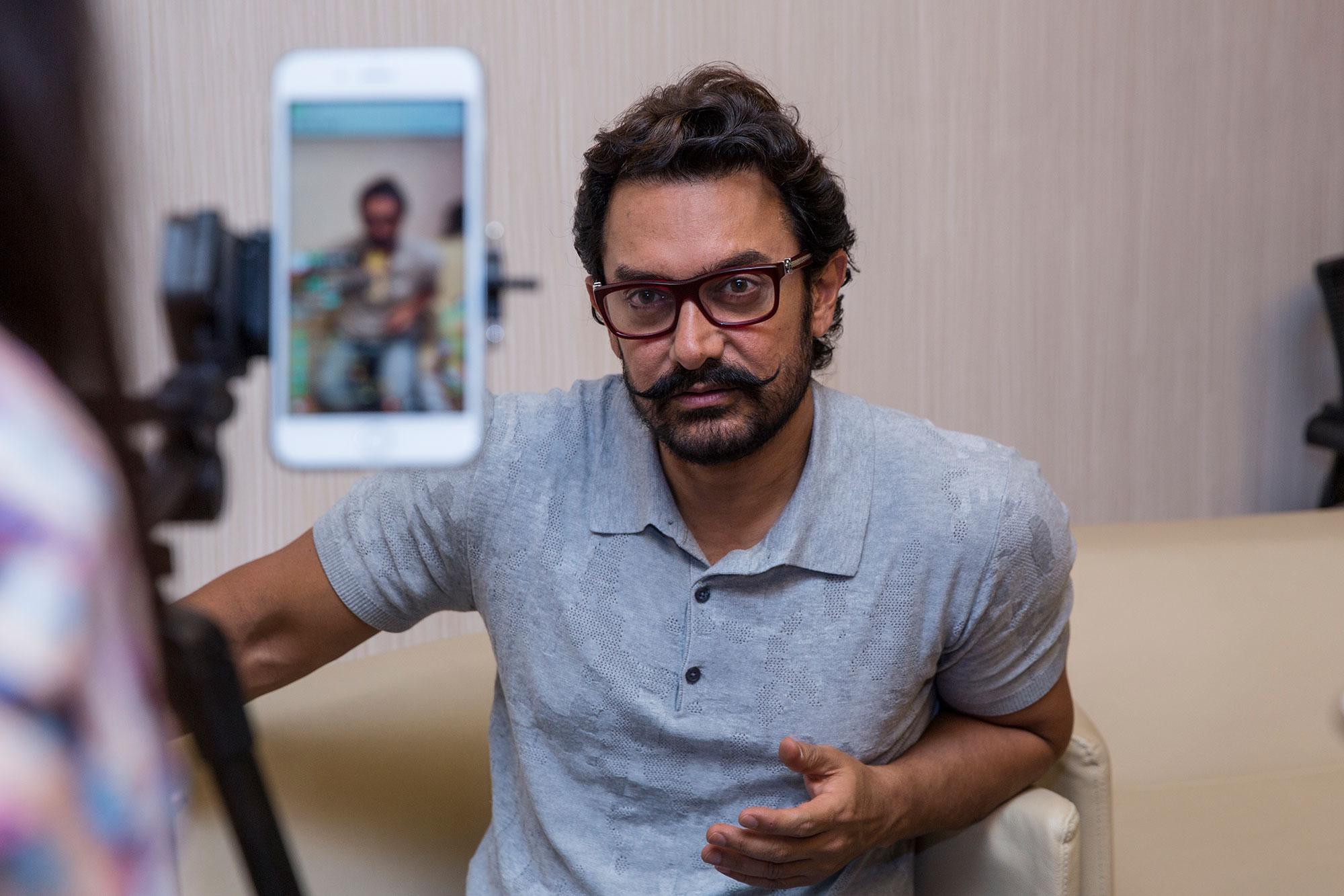 印度良心。北京,印度影星阿米尔汗来华,在直播中宣传影片《摔跤吧,爸爸》。