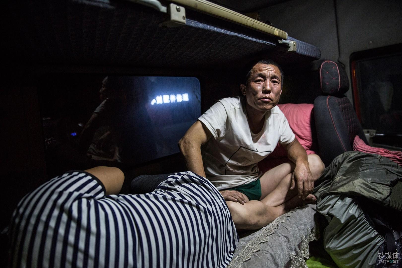 """解放宾馆。内蒙古乌兰浩特,以车为家的卡车司机金强夫妇。他们将自己赖以为生的解放卡车称为""""解放宾馆""""。为了记录物流行业里司机的真实状态,我跟他们的车从上海出发一路往北3000公里行至满洲里。"""