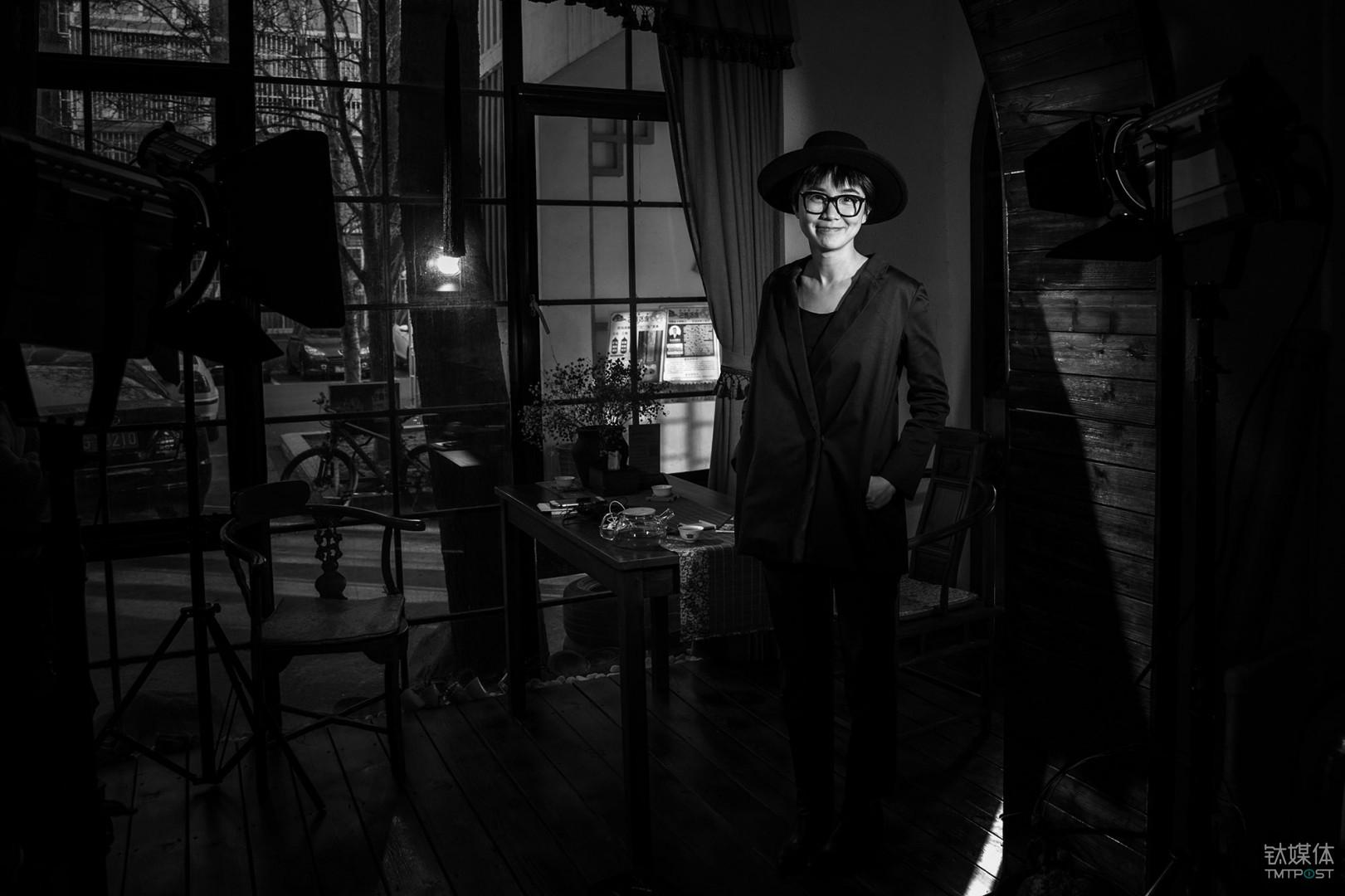 黑处有什么。编剧、导演王一淳,她凭借处女作《黑处有什么》斩获了多个大奖。