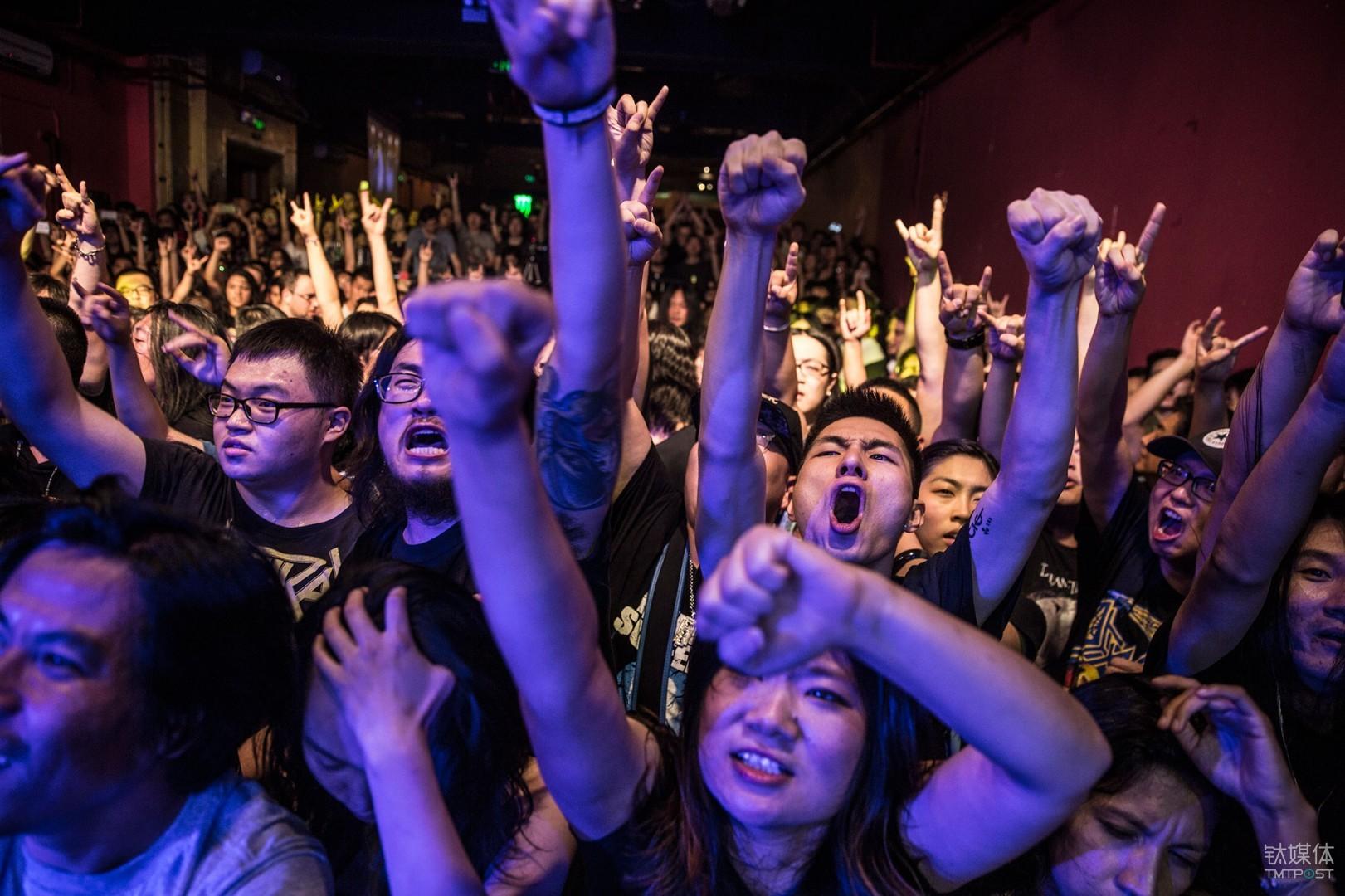 金属党。北京愚公移山,观看金属重金属乐队Kreator演出的乐迷。对金属党来说,一段恰当的RIFF就可以点燃他们内心的狂野和侵略性。