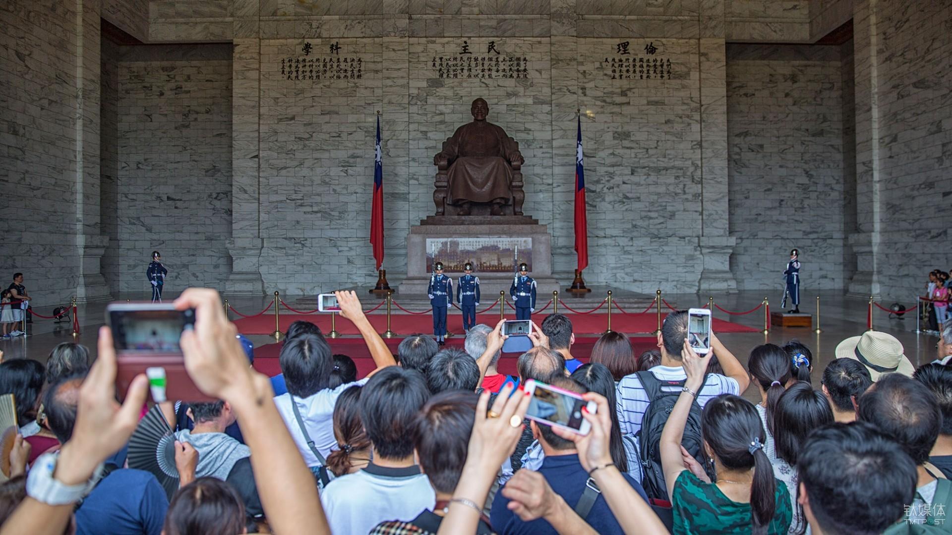 交接。台北中正纪念堂,观看列兵交接换岗仪式的游客。