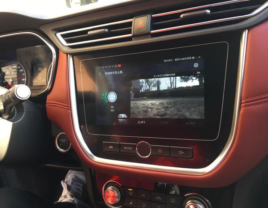 互联网汽车正在通过无人机拍摄景色