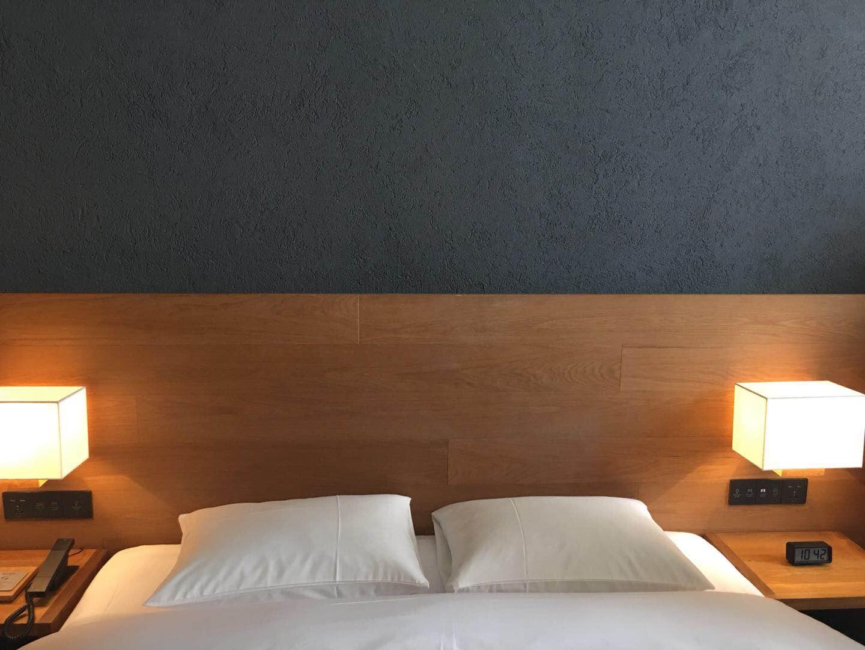 MUJI HOTEL 将深海海藻制成海藻泥涂抹在酒店房间墙壁内,其释放的活性炭有助于睡眠。