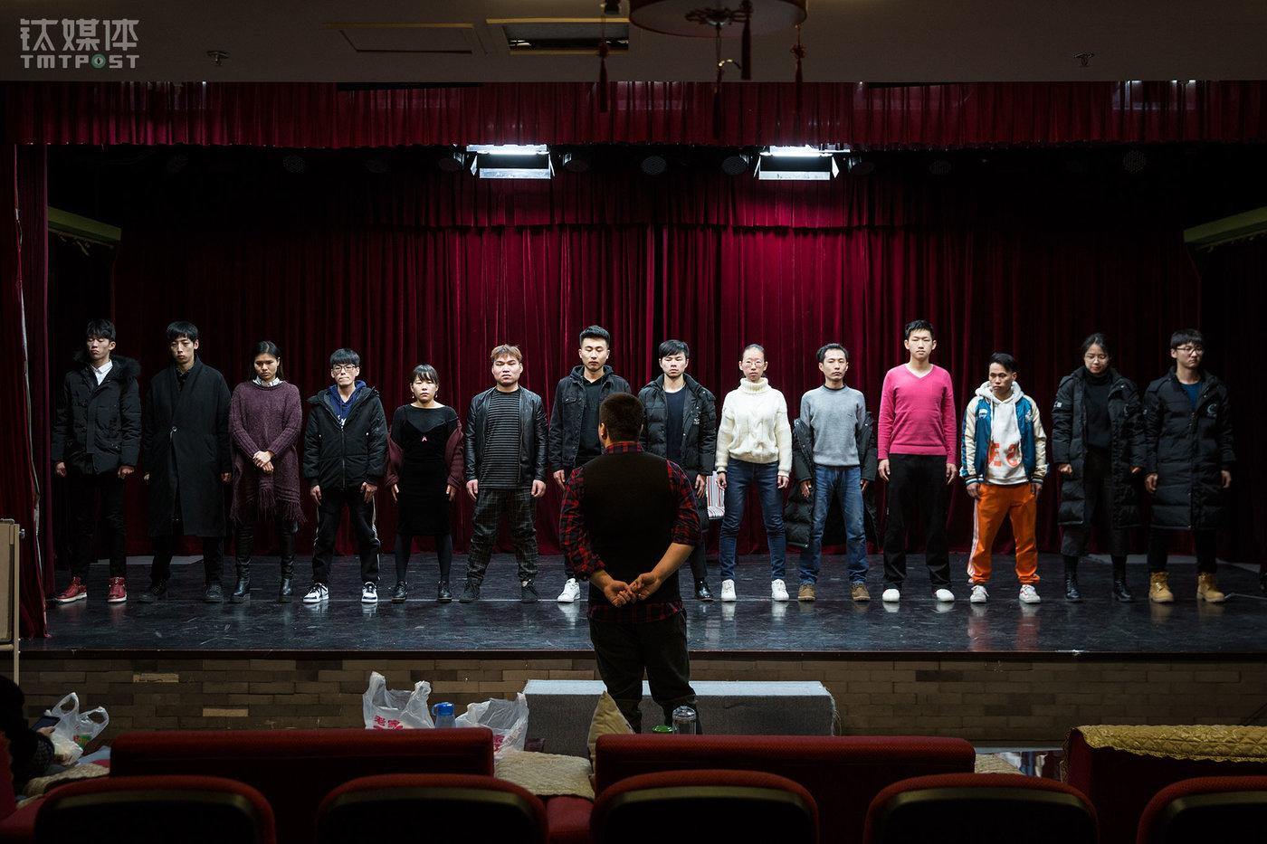 2018年1月3日上午,北京辰星剧社,社长宋怡辰集合演员,准备开始一天的训练。除非有演出安排,剧社演员每天9点要到达剧场开始一天的训练。