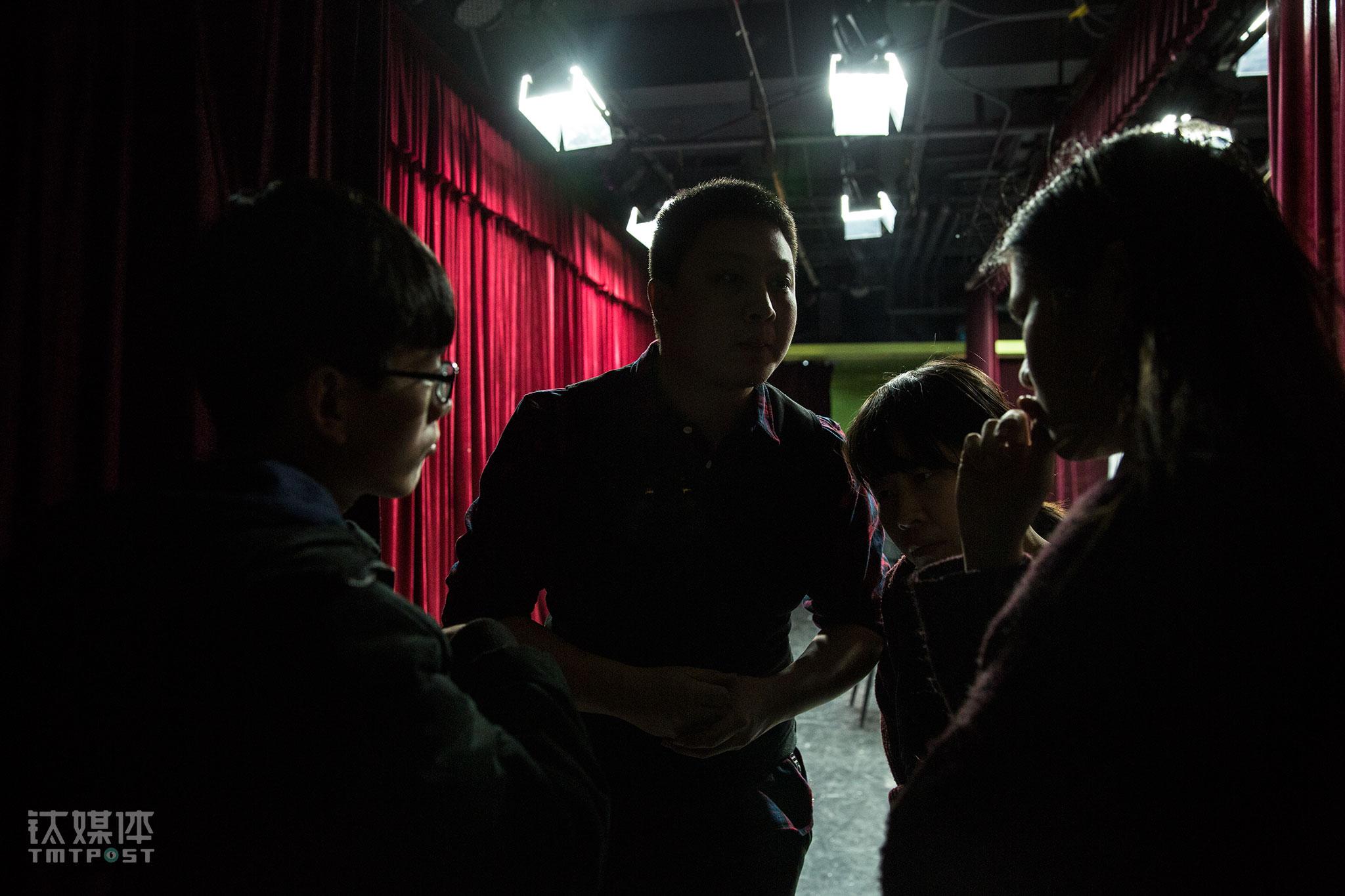看着台上的即兴表演,宋怡辰对大家的状态不是很满意,他来到幕布后,指导演员们设计故事。2015年创办辰星剧社,宋怡辰租下了背景一家影院的观影厅,并将之装修改造成了剧场。两年时间,剧社的合作演员走了几拨,宋怡辰作为班主坚持了下来,招募到目前的班底。