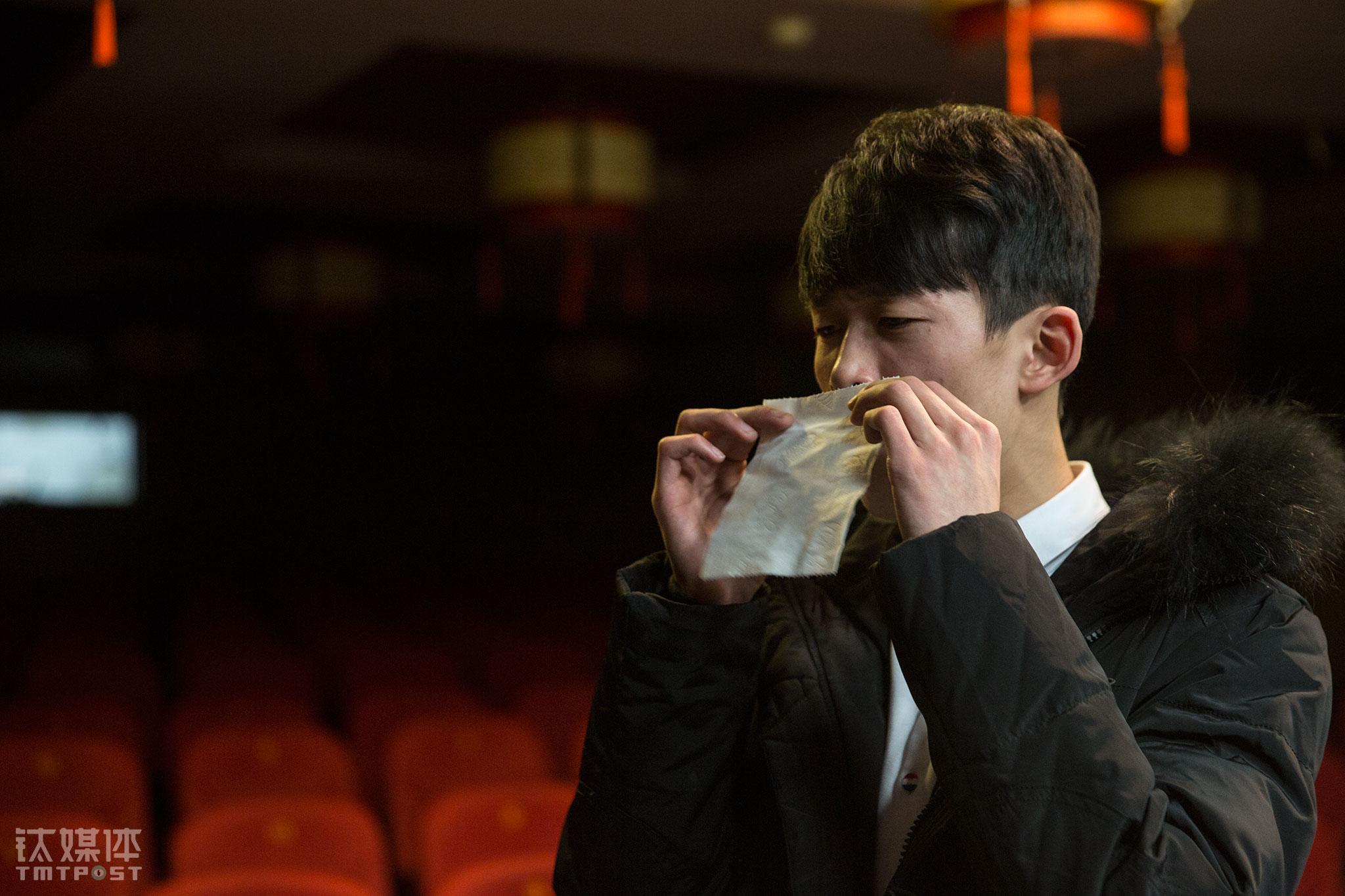 自由训练时间,演员马域宽在练习气息。