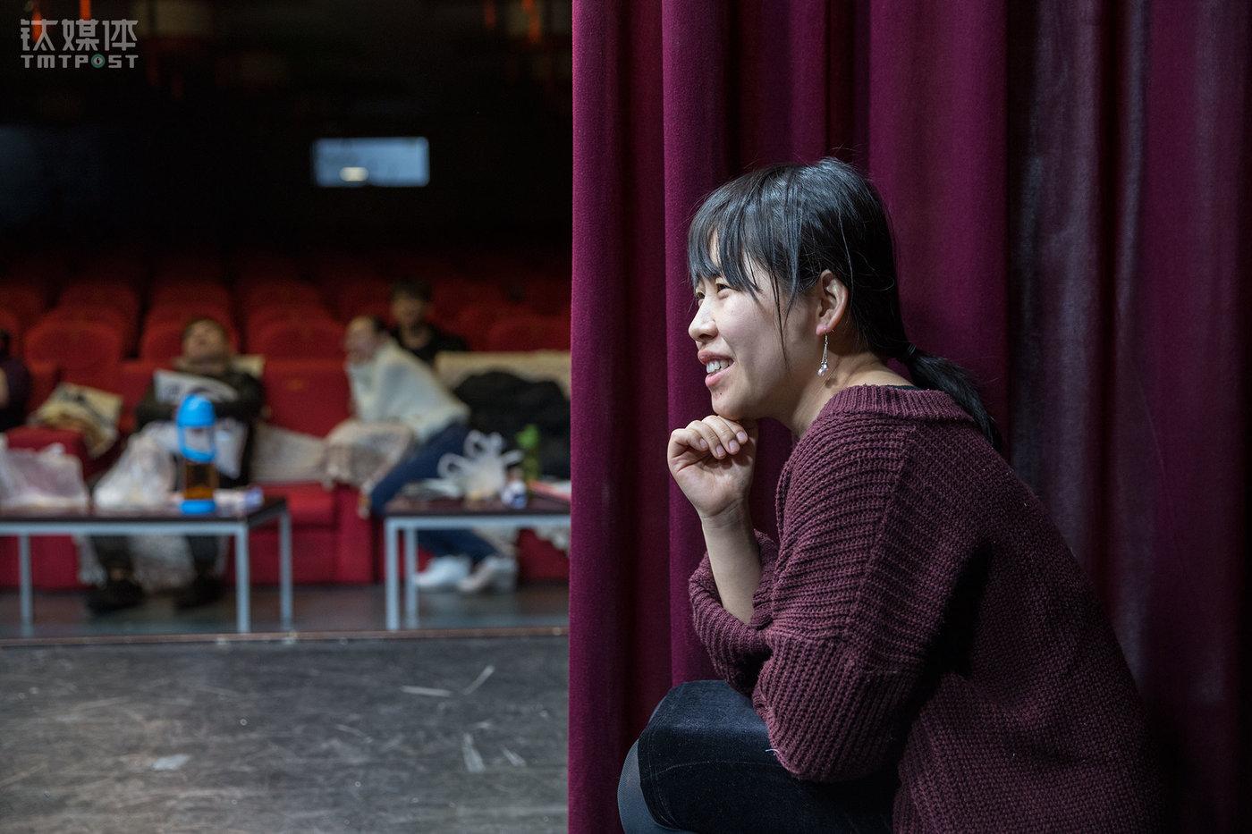 来到剧社之前,燕子是一名脱口秀演员,在做脱口秀之前她在日本工作了几年,是一名程序员。