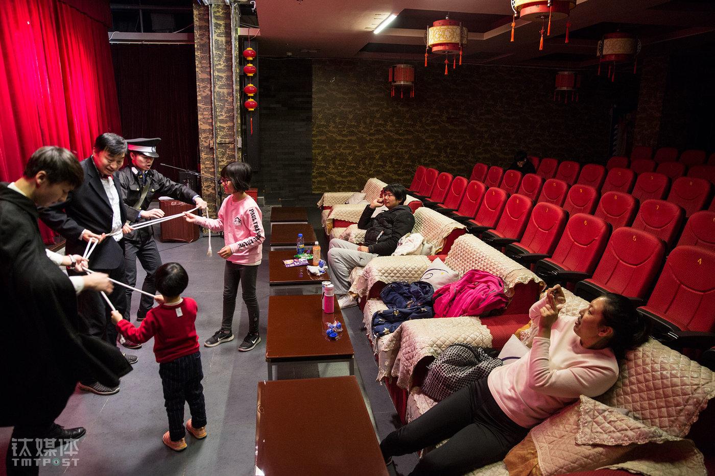 """这个儿童剧有魔术互动的环节,演员们邀请了现场仅有的两个孩子上台互动。138个座位,只来了4个观众。这天周六,除了上午的儿童剧,下午和晚上分别有两场《夏姬罢演》。""""演员的水平差距有点大,必须多演才能磨出来。""""宋怡辰表示,剧场也有房租成本,要多演才能多多卖几张票,""""最开始做遇到过只有1个观众的场次,他来了之后看到只有1个人就准备走,结果被我们拉住,他还以为我们是搞传销的。"""""""