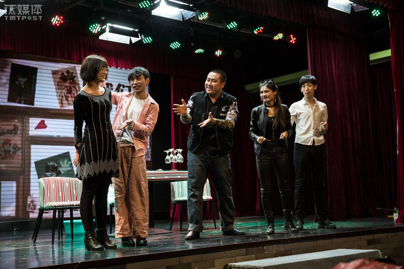 《夏姬罢演》是一出近景即兴喜剧,其中有一场戏,演员会现场随机邀观众(左1)上台一起演。这个时长2小时的喜剧讲述了一群年轻人是如何追寻自己的演员梦。