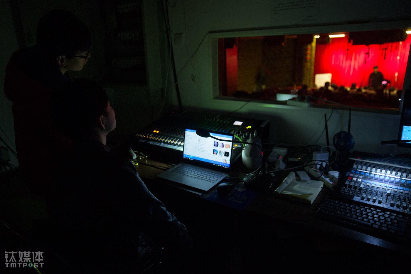 剧场控制室,没有参加演出的其他演员负责舞台灯光、音乐的控制。