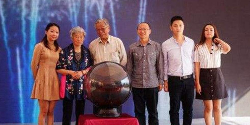 褚时健一家人共同出席褚橙上市发布仪式,右二为李亚鑫。图/来源于网络