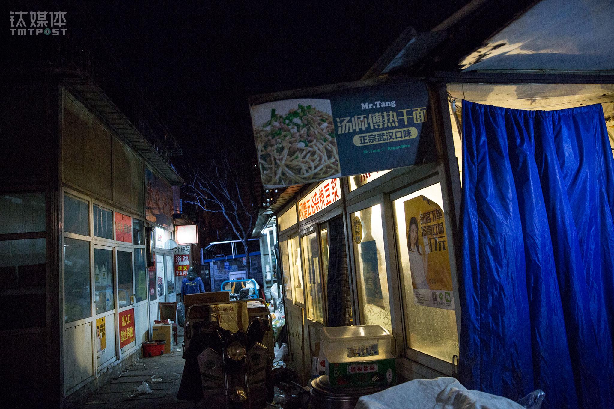 汤师傅热干面的创业起始于北京大黄庄的一条巷子。2016年,在汤怀建议下,老汤夫妇来到北京准备做面馆。汤怀建议做外卖,找环境很好的店面,而老汤觉得要先用一个低成本的方式做市场调查,于是他花了几天时间在大黄庄寻找,找到了一间月租一千多的简陋店面,开启了汤师傅热干面。