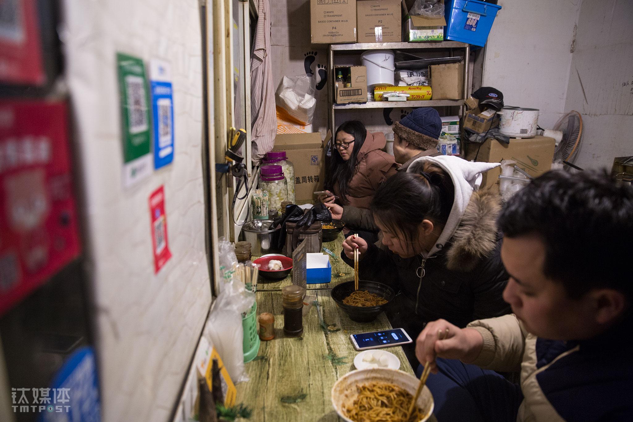 最开始,在这个空间逼仄、环境不太理想的地方,老汤像在武汉一样,把热干面当早点卖,结果根本卖不出去。他接受建议,把早点改成中晚餐,再利用外卖平台,生意很快好了起来,附近上班族和传媒大学学生是他们的主要客源。