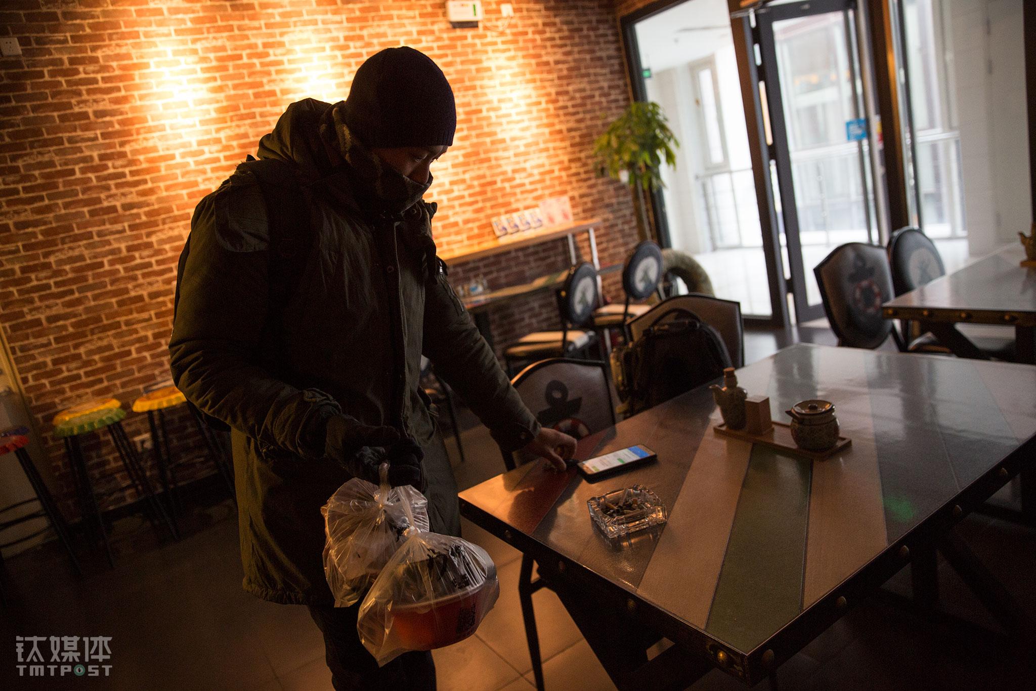 以常营店为例,这里有5个员工分别负责下面、打包、售后、准备小食、酱料、配送食材等工作。厨师每天早上7点到店开始做一天的准备,并为前一天在外卖平台预约了早餐的顾客下面,每天早上不到10点就有外卖骑士前来取货。