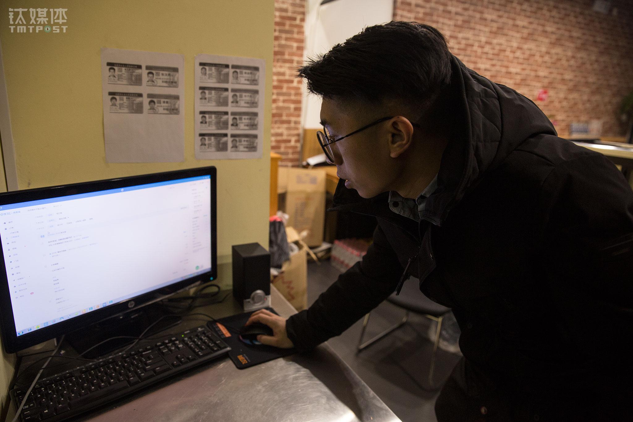 """1月下旬,汤怀从公司离职,专心投入到餐饮店运营上。他最关注的是运营数据,每天都要花一定时间来分析每个店的数据变化,研究商圈内的商家、顾客,以此来制定运营策略。""""这件事越做越有信心,经常有顾客打电话给我们问地址,有的人还专门找过来吃,吃完还很开心地找我们的员工聊。""""汤怀希望再把基础打好一点,""""将来做直营连锁和加盟共存的模式,把家乡的美食卖到全国各地。"""""""