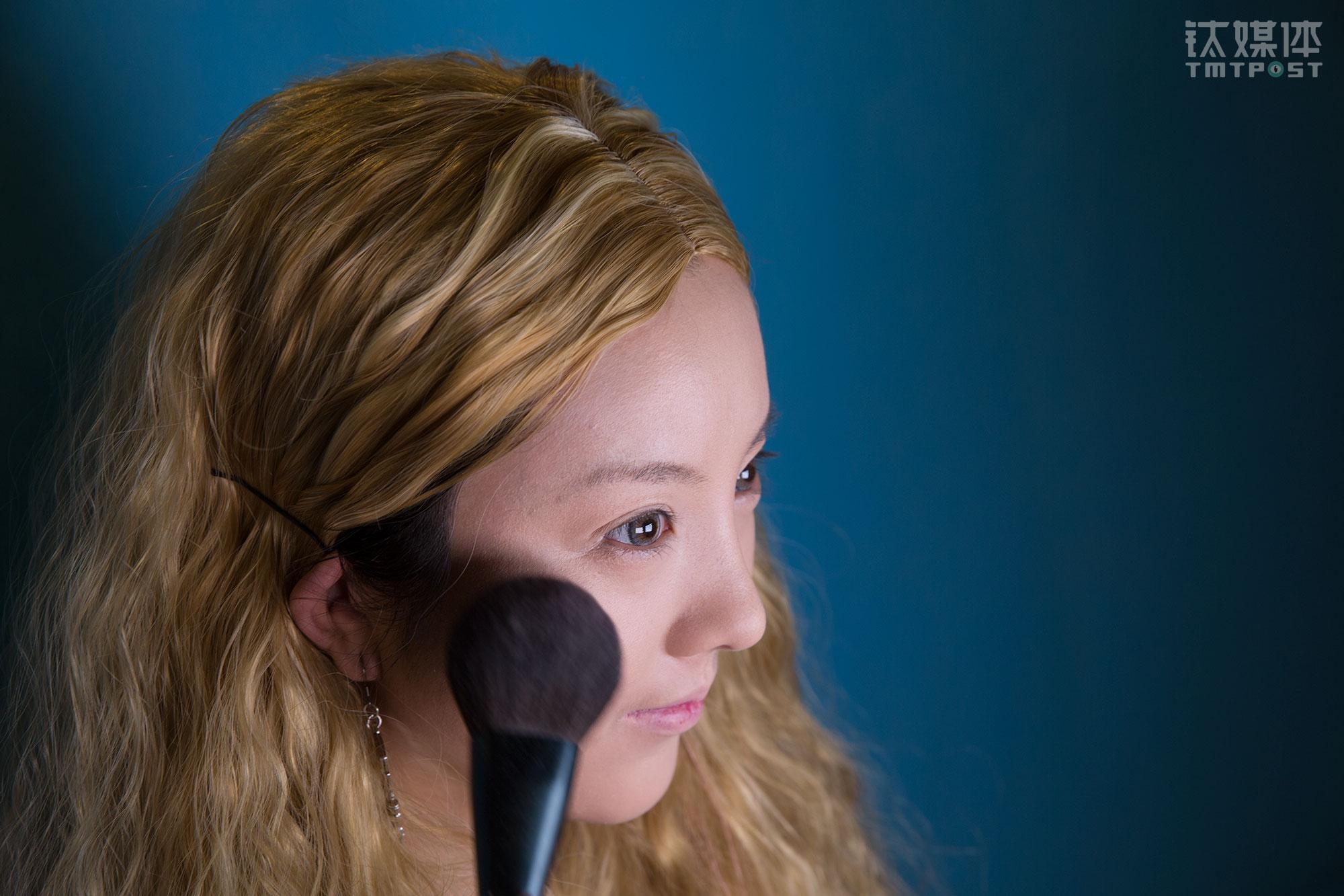 这一期她准备做的是韩国明星金泫雅的仿妆。除了明星仿妆,她还会根据最近的流行趋势和热点,结合自己的创意来策划内容。