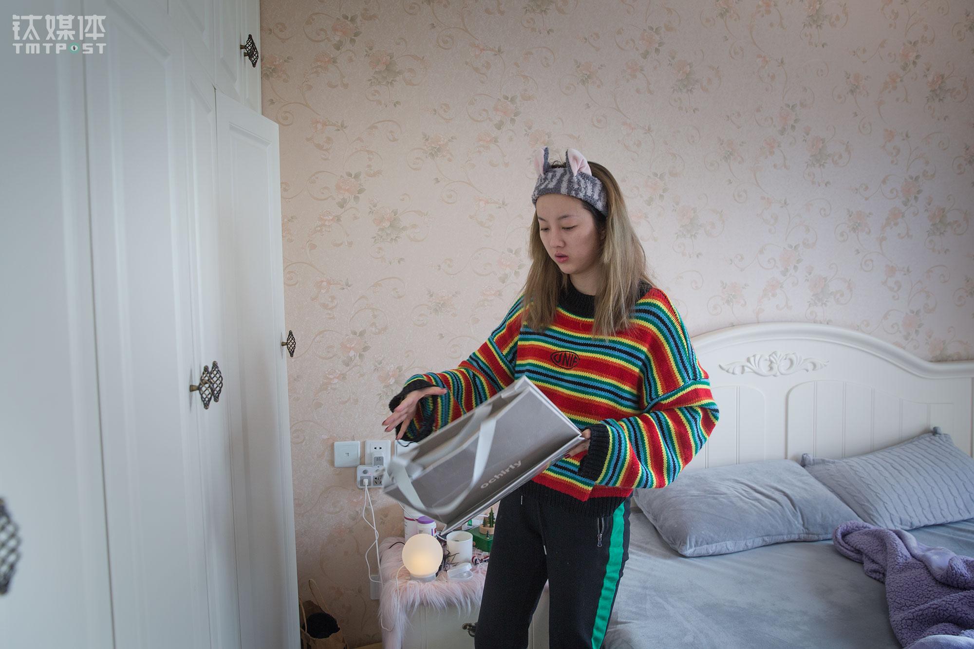 """这套三室的房子,位于望京SOHO旁边,是魏莫斯公司为三名网红租下的住处。家人一直劝她找一个""""踏实安稳""""的工作,他们觉得魏莫斯虽然收入不错但是实在""""吃青春饭"""",不过魏莫斯并不这么理解,她很热爱美妆并有一个目标,有一天可以创立一个自己的品牌,并且把这个品牌做大做好,""""我打算明年去国外进修美妆,其实这一行出路很多,有一天我不做网红了,我还可以做一个高级化妆师。"""""""