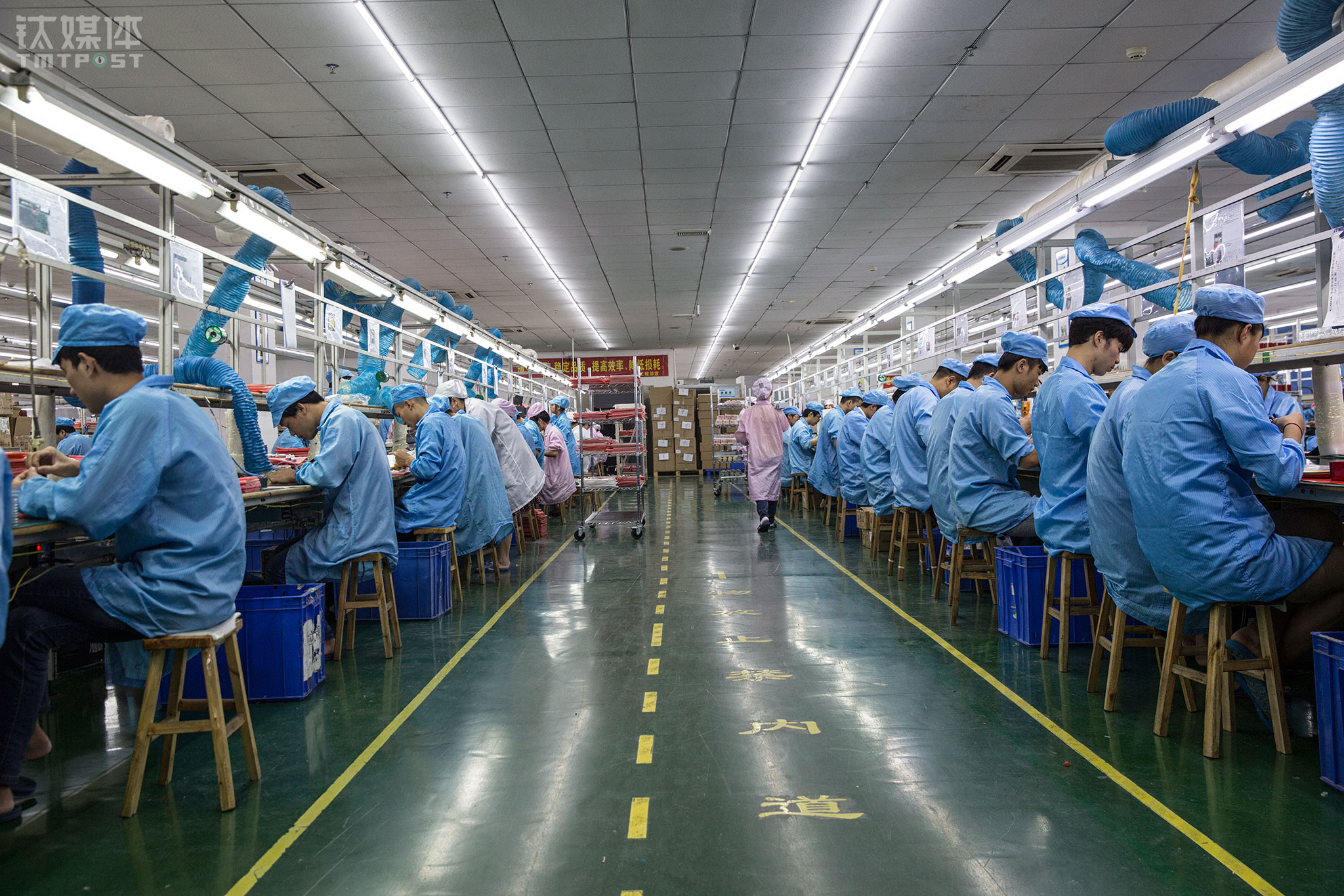 October 23rd, 2017, Zhongyuntai Science and Technology Industrial Park, Shenzhen. Workers were busy at the assembly lines in the factory of KOMKIA. This OEM plant with more than 200 employees has been around for 13 years, focusing on manufacturing smart hardware and other electronic products.